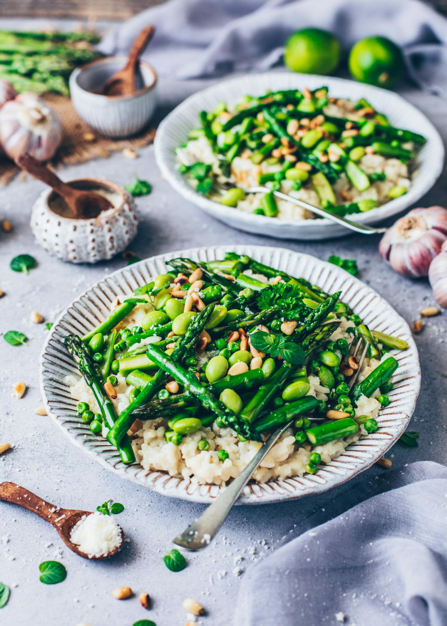 Spargel-Risotto mit Erbsen, Edamame, Pinienkerne und veganem Parmesan