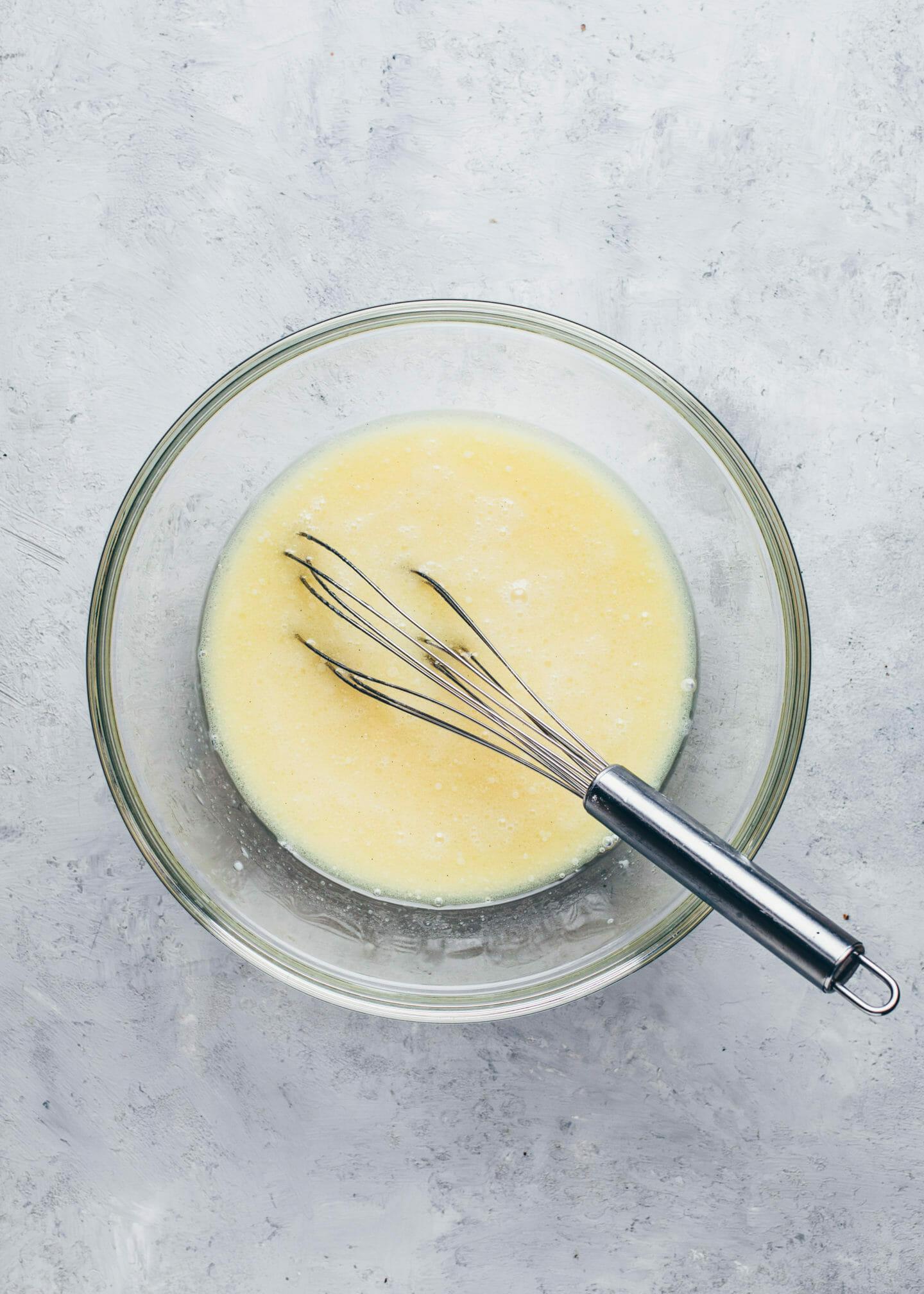 Pflanzenmilch, Öl, Zucker und Vanille in einer Schüssel für veganen Kuchenteig