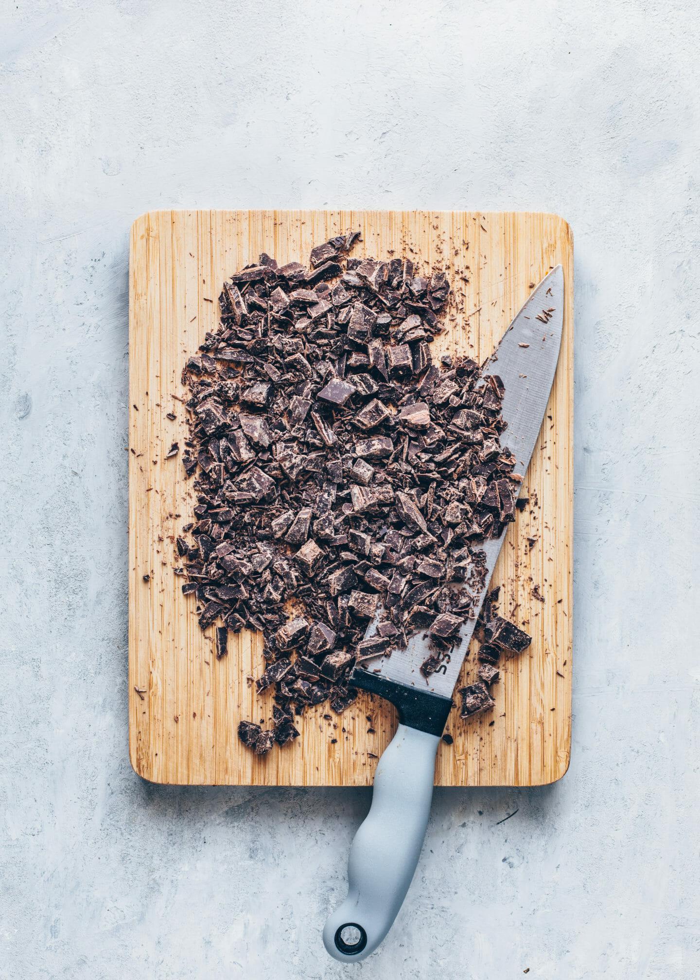 Gehackte Schokolade für veganes Nutella zum Selbermachen