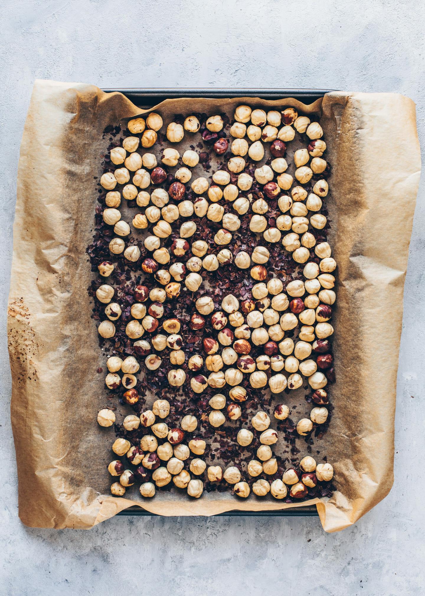 geröstete Haselnüsse auf einem Backblech für Nutella Selbermachen