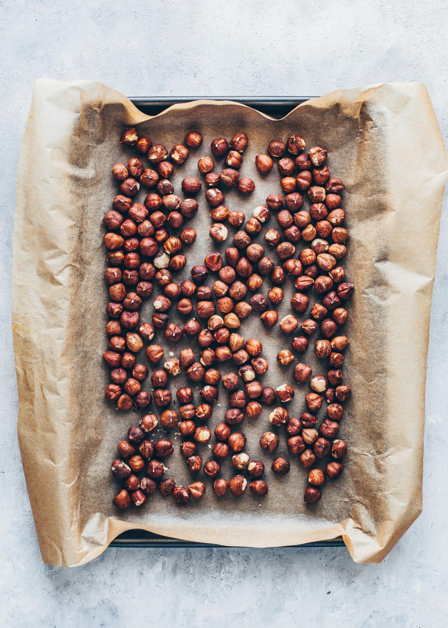 Haselnüsse auf einem Backblech für Nutella Selbermachen