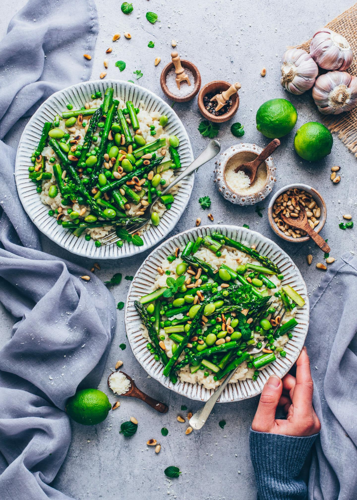 Spargel-Risotto mit Erbsen, Pinienkerne und Parmesan (Food Fotografie)
