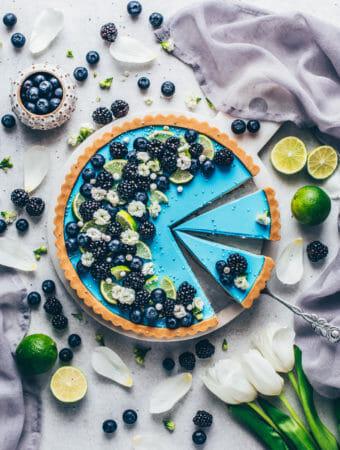 Limetten-Tarte mit Blaubeeren und Brombeeren (Food Fotografie)