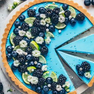 Blaue Limetten-Tarte mit Blaubeeren und Brombeeren (Food Fotografie)