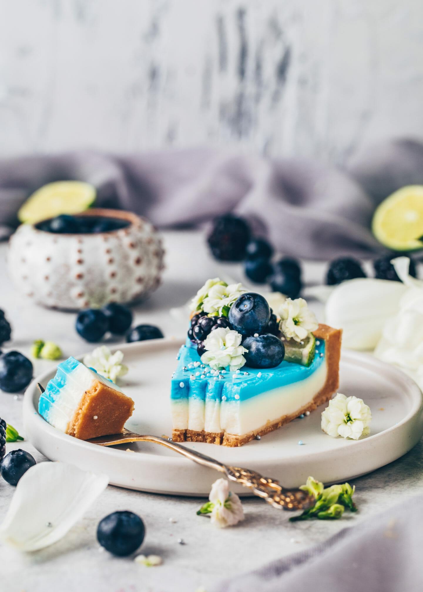 Blaue Spirulina Limetten-Tarte mit Blaubeeren und Brombeeren (Food Fotografie)