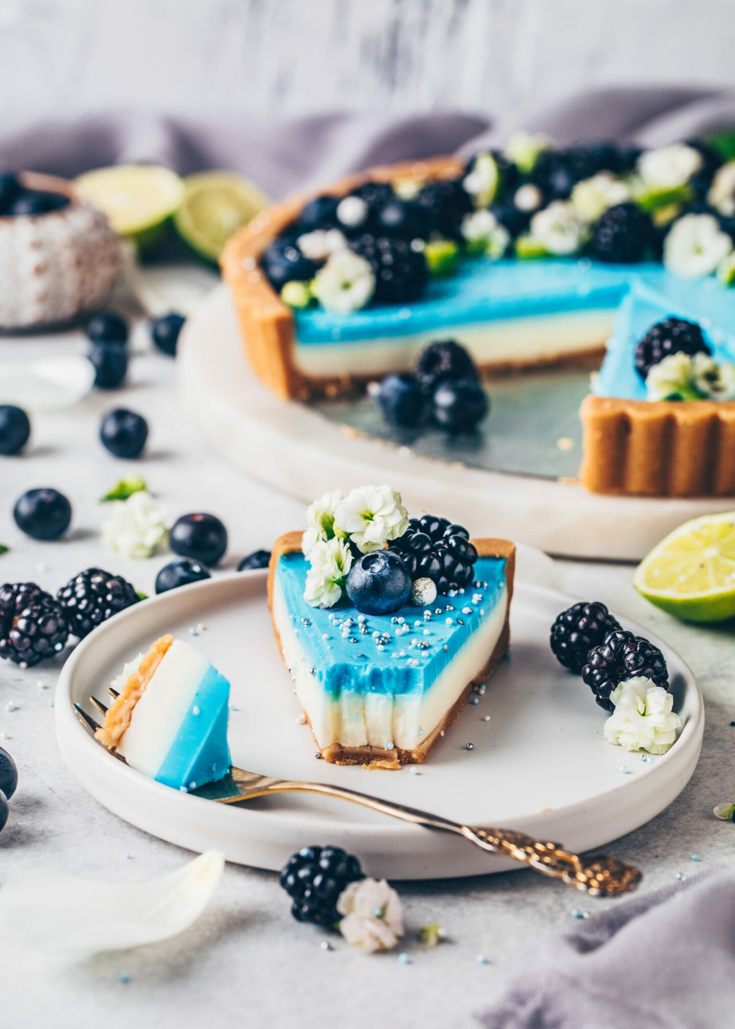 Limetten-Tarte mit Blaubeeren und Brombeeren