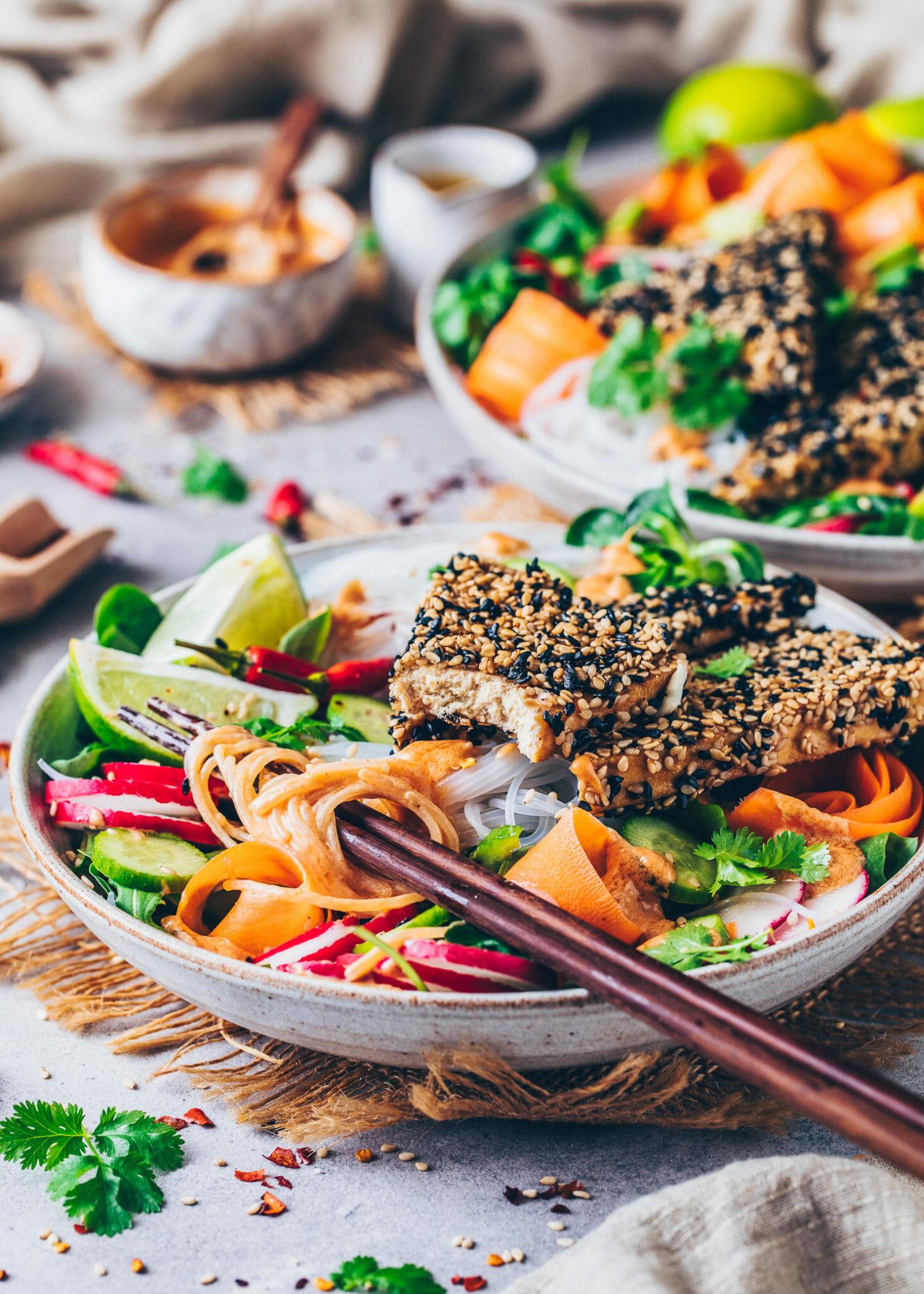 Thai Nudelsalat mit Sesam-Tofu und Erdnuss-Sauce