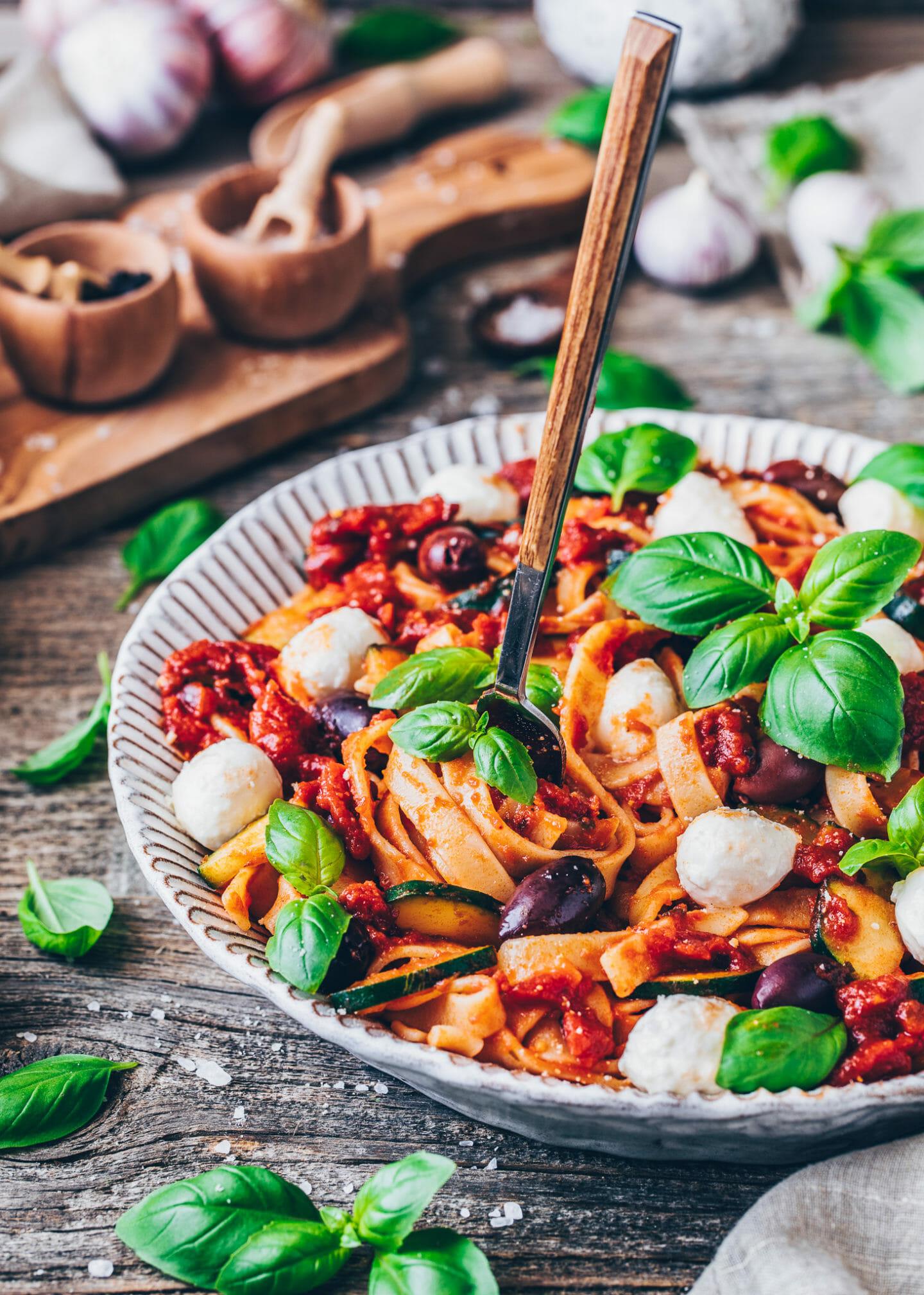 One Pot Pasta mit Tomaten-Sauce, Mozzarella, Oliven, Zucchini und Basilikum