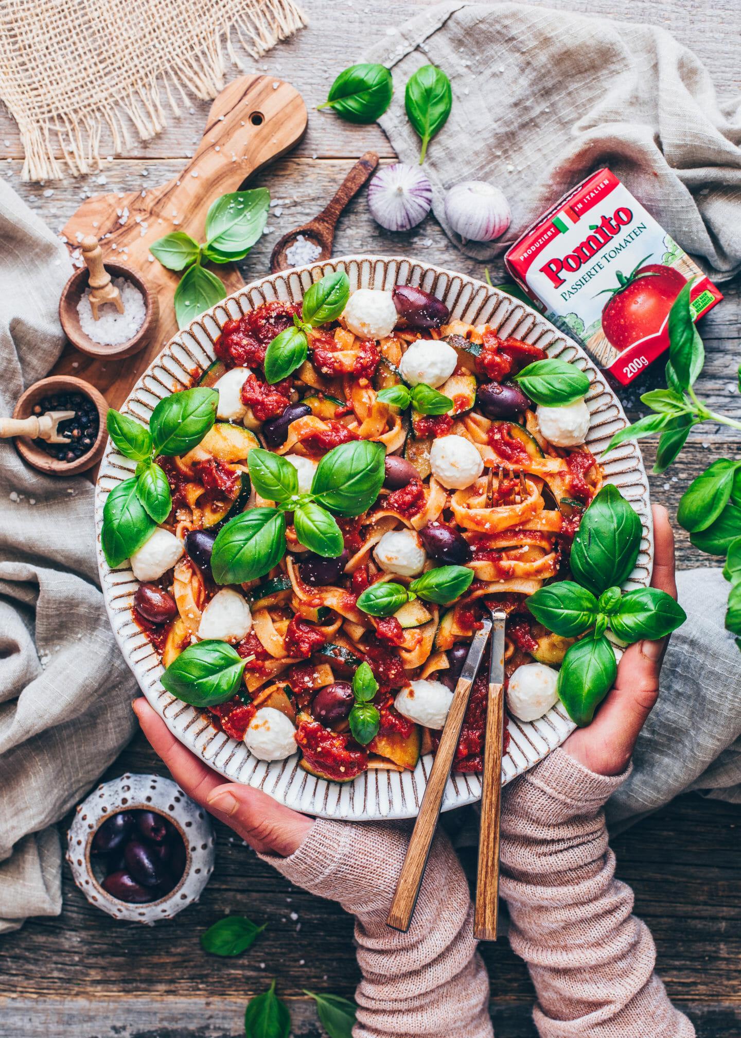 Italienische One-Pot Pasta mit Tomaten, Mozzarella und Basilikum