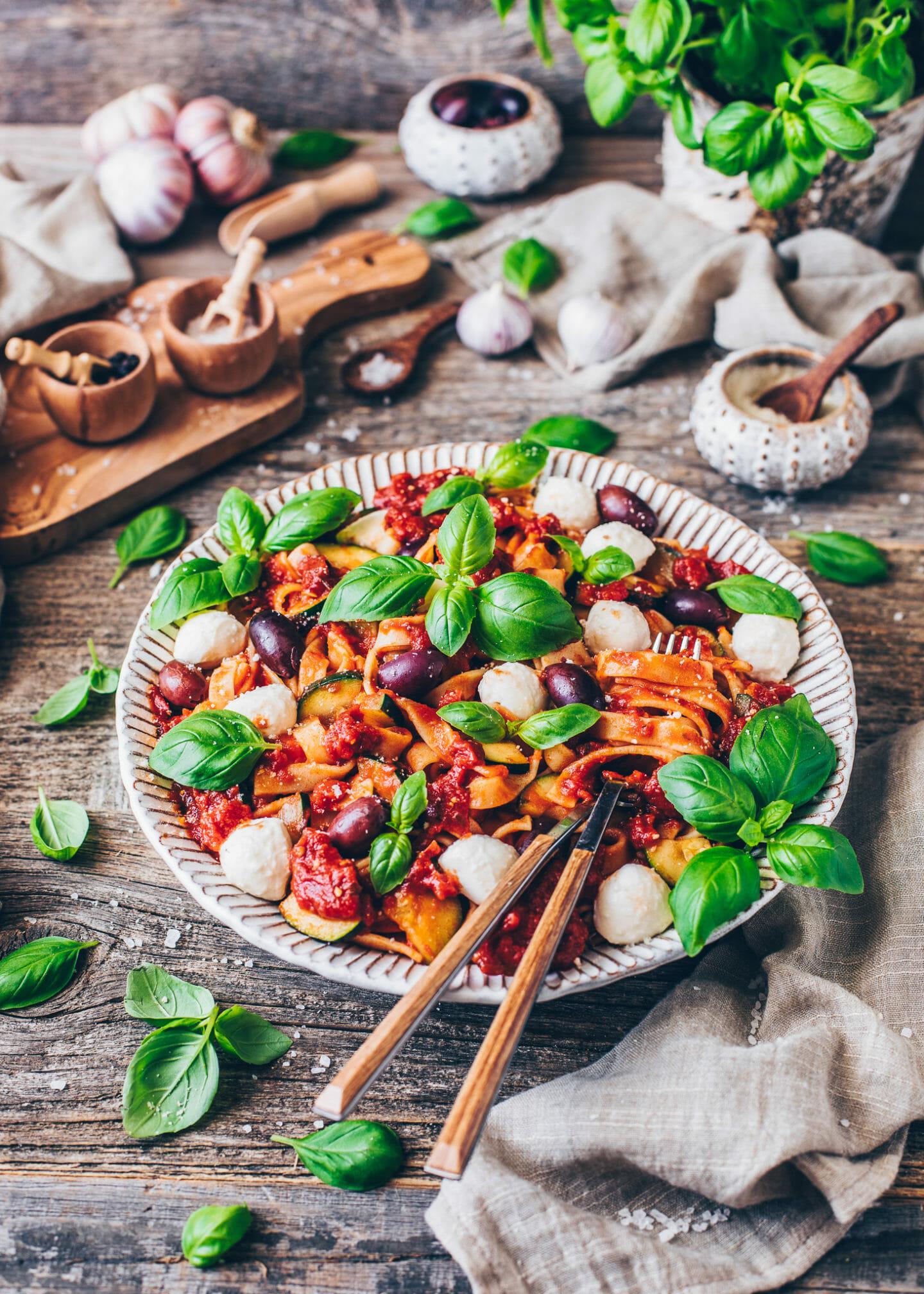 Pasta mit Tomaten-Sauce, Mozzarella, Oliven, Zucchini und Basilikum