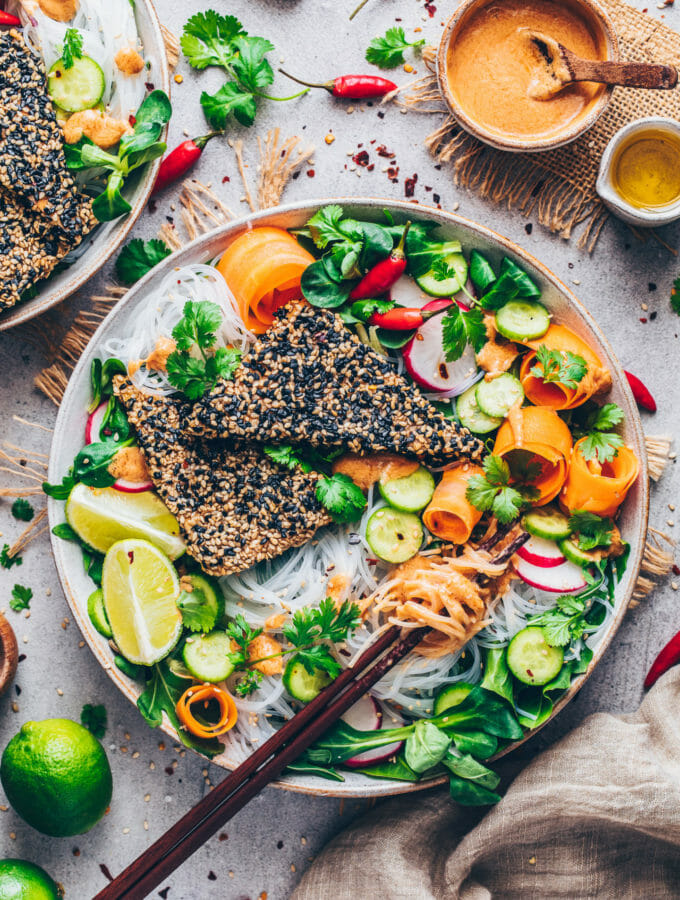 Vietnamesischer Salat mit Glasnudeln, knusprigem Sesam-Tofu und Erdnuss-Sauce