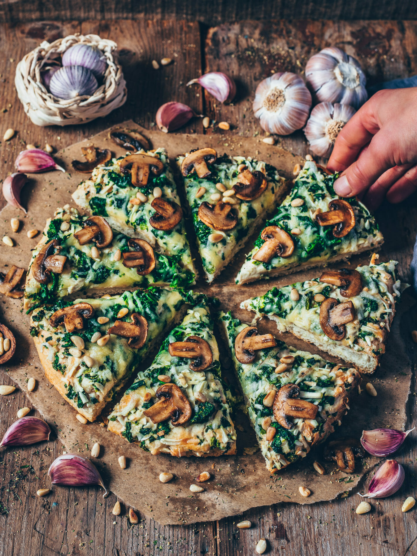 garlic mushroom and spinach pizza