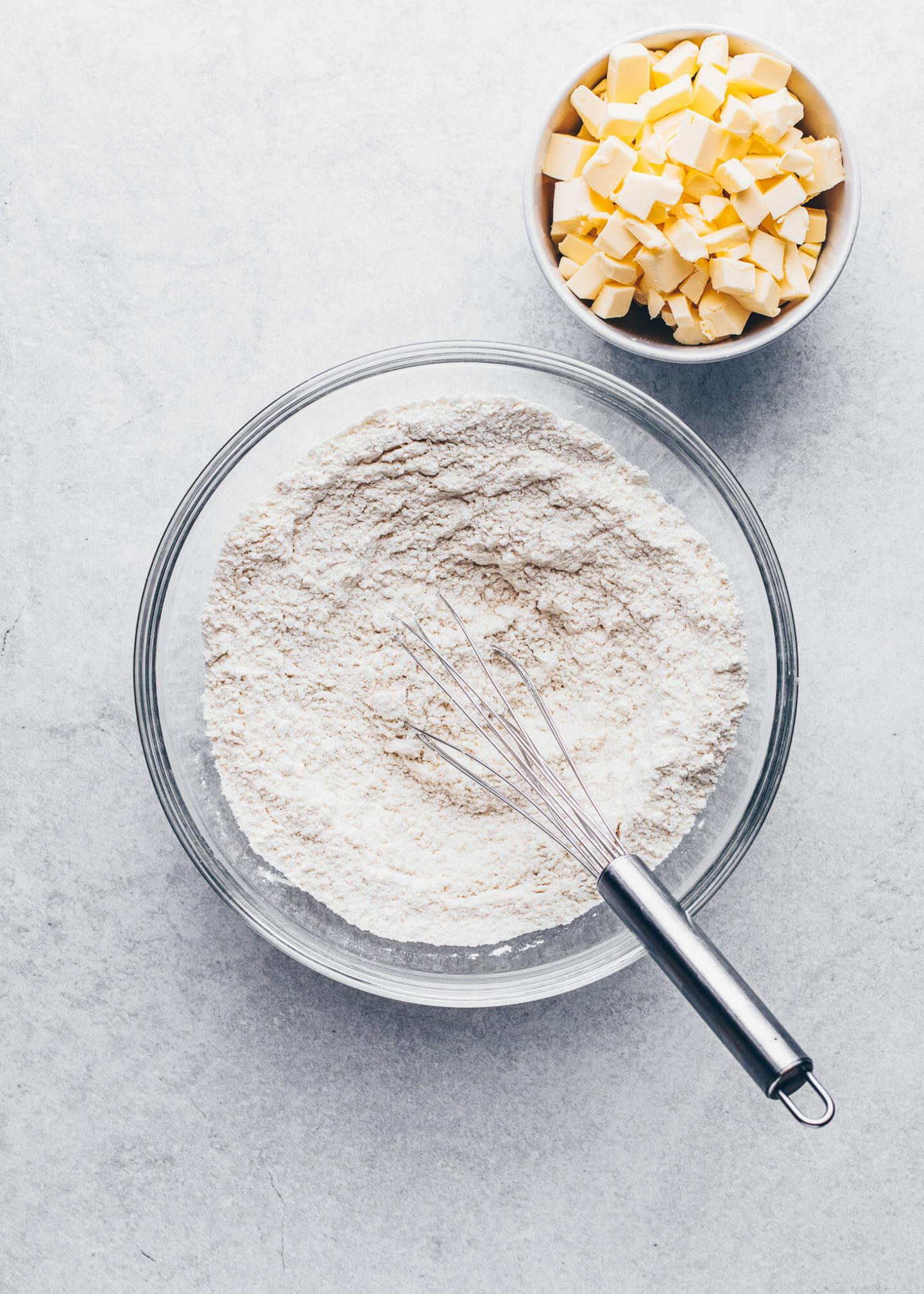Mehl, Zucker und Salz in einer Schüssel für Mürbeteig
