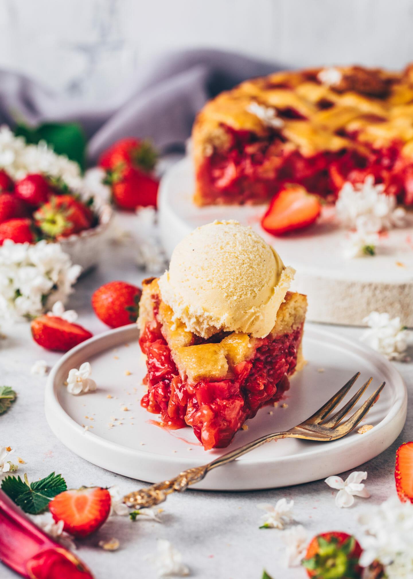 Erdbeer-Rhabarber Pie mit Vanille-Eis