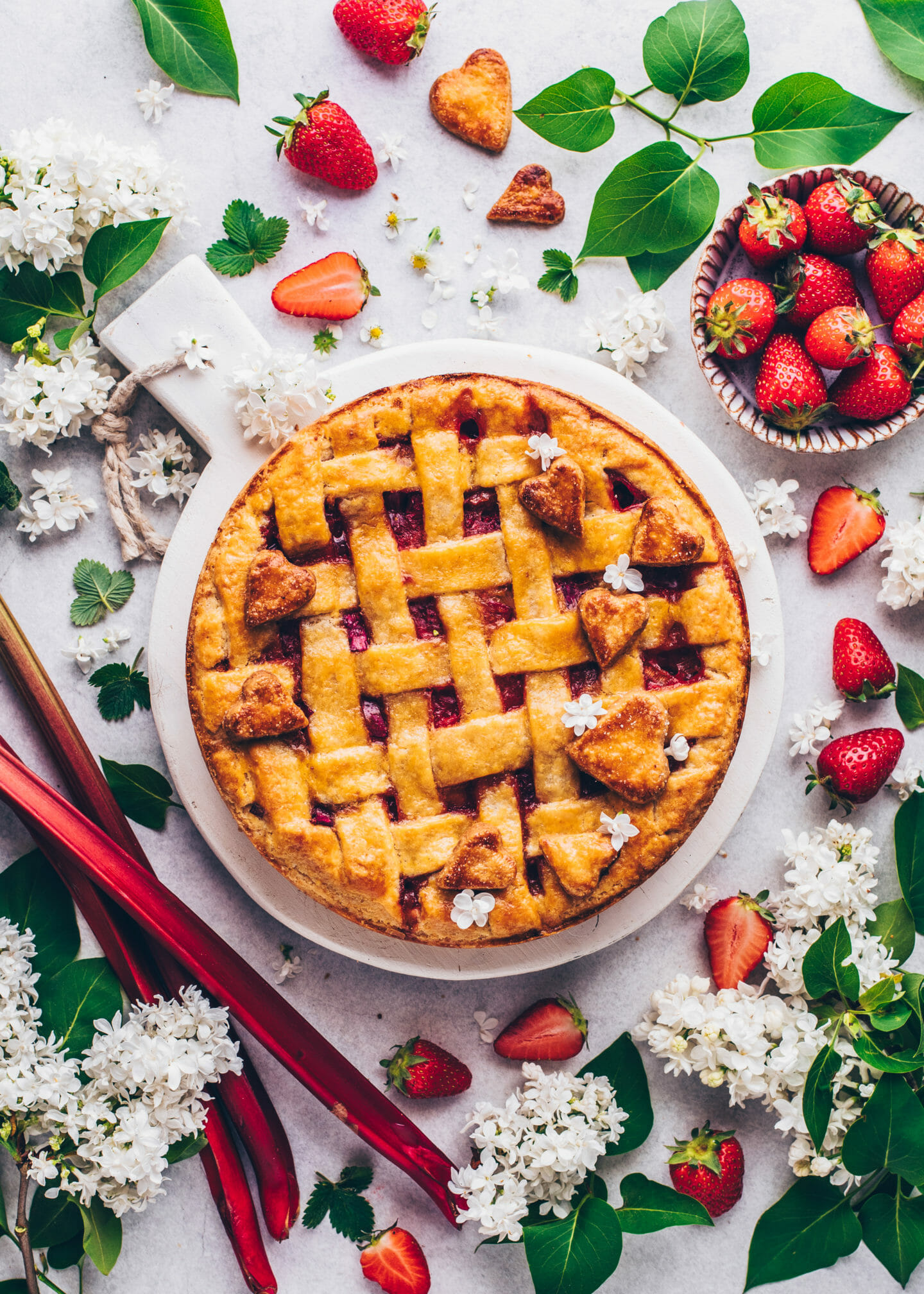 Erdbeer-Rhabarber Pie mit Gitter (Food Fotografie)
