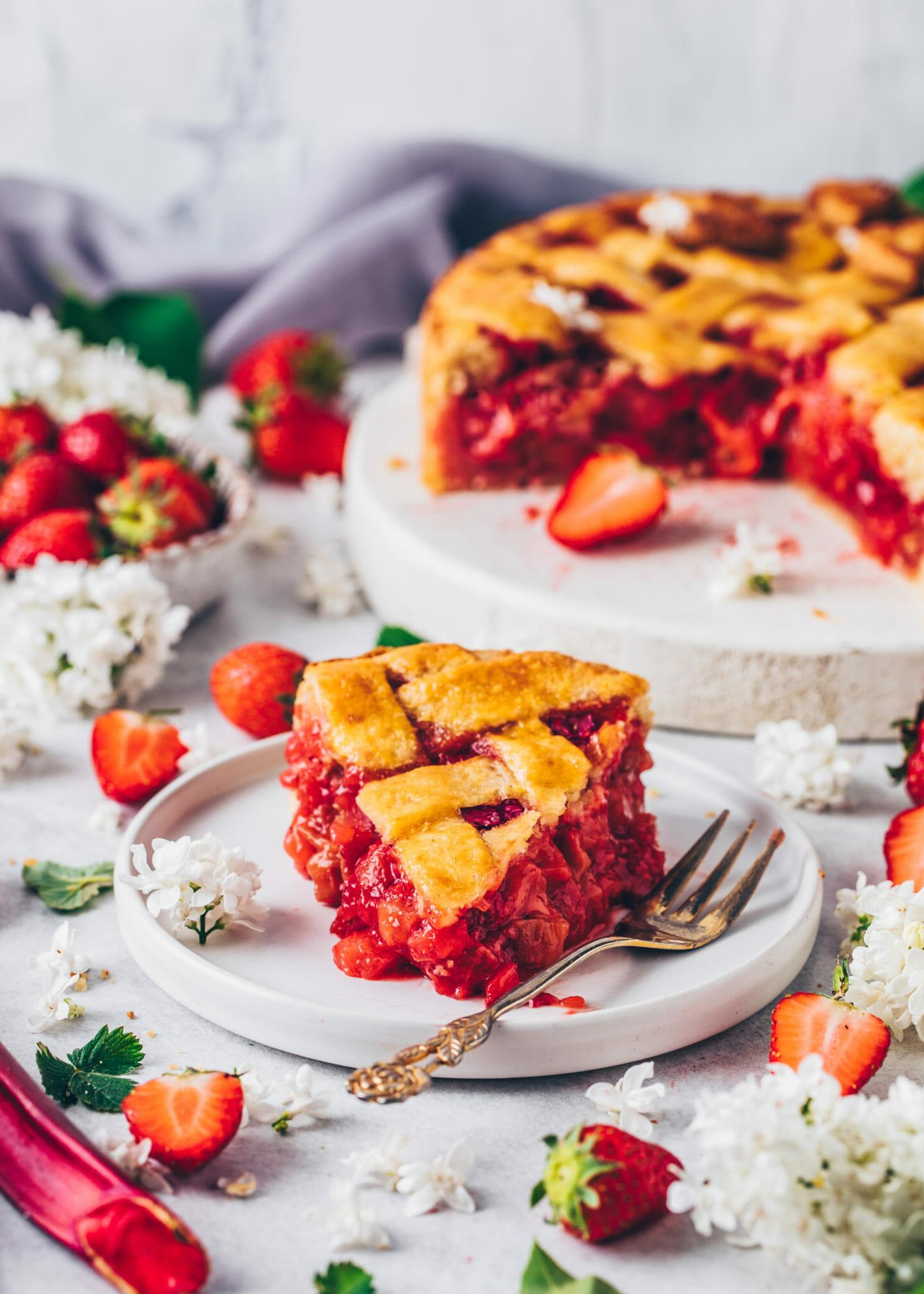 Erdbeer-Rhabarber Pie mit Gitter-Mürbeteig