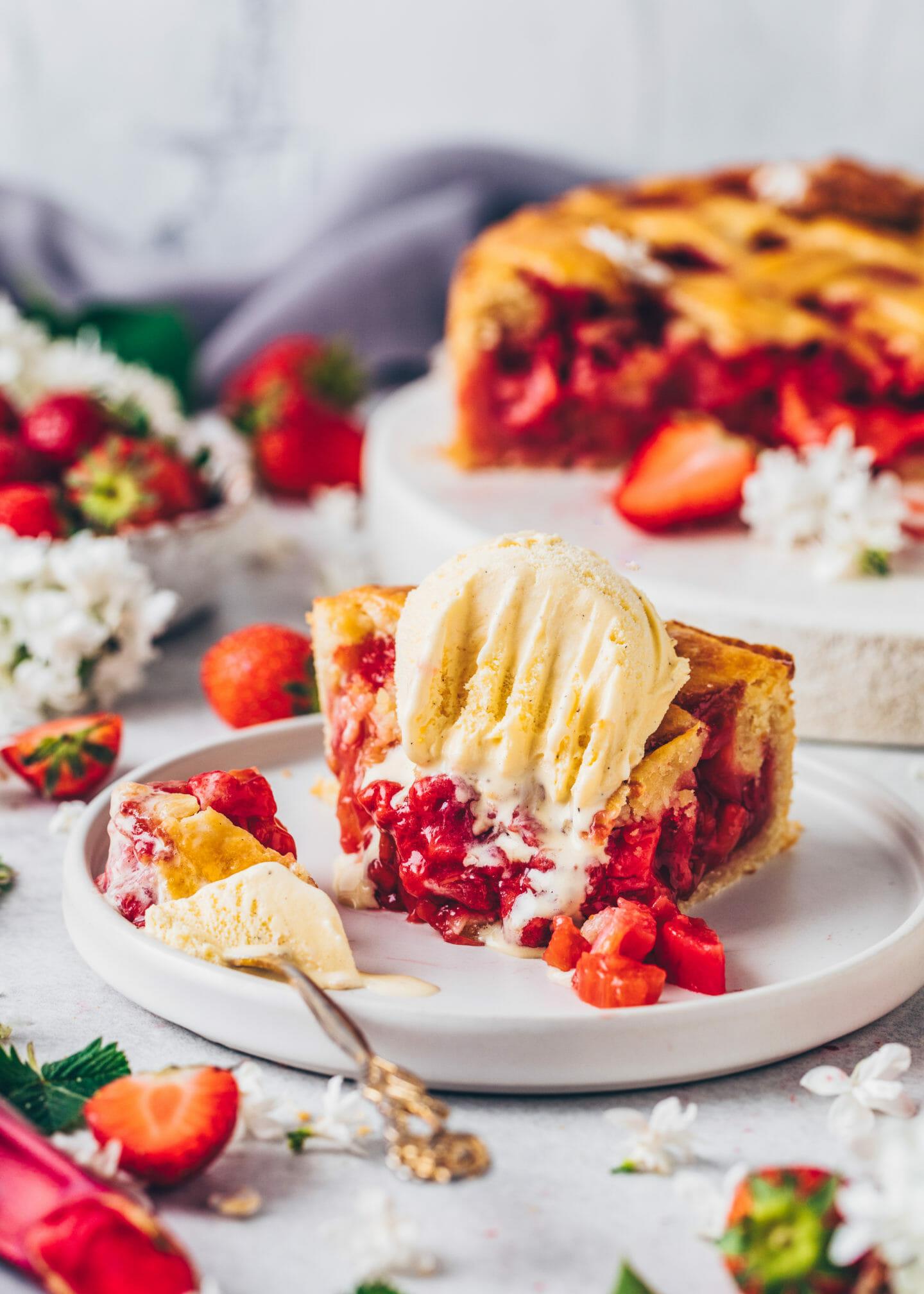 Erdbeeren Rhabarber Pie mit Vanille-Eis