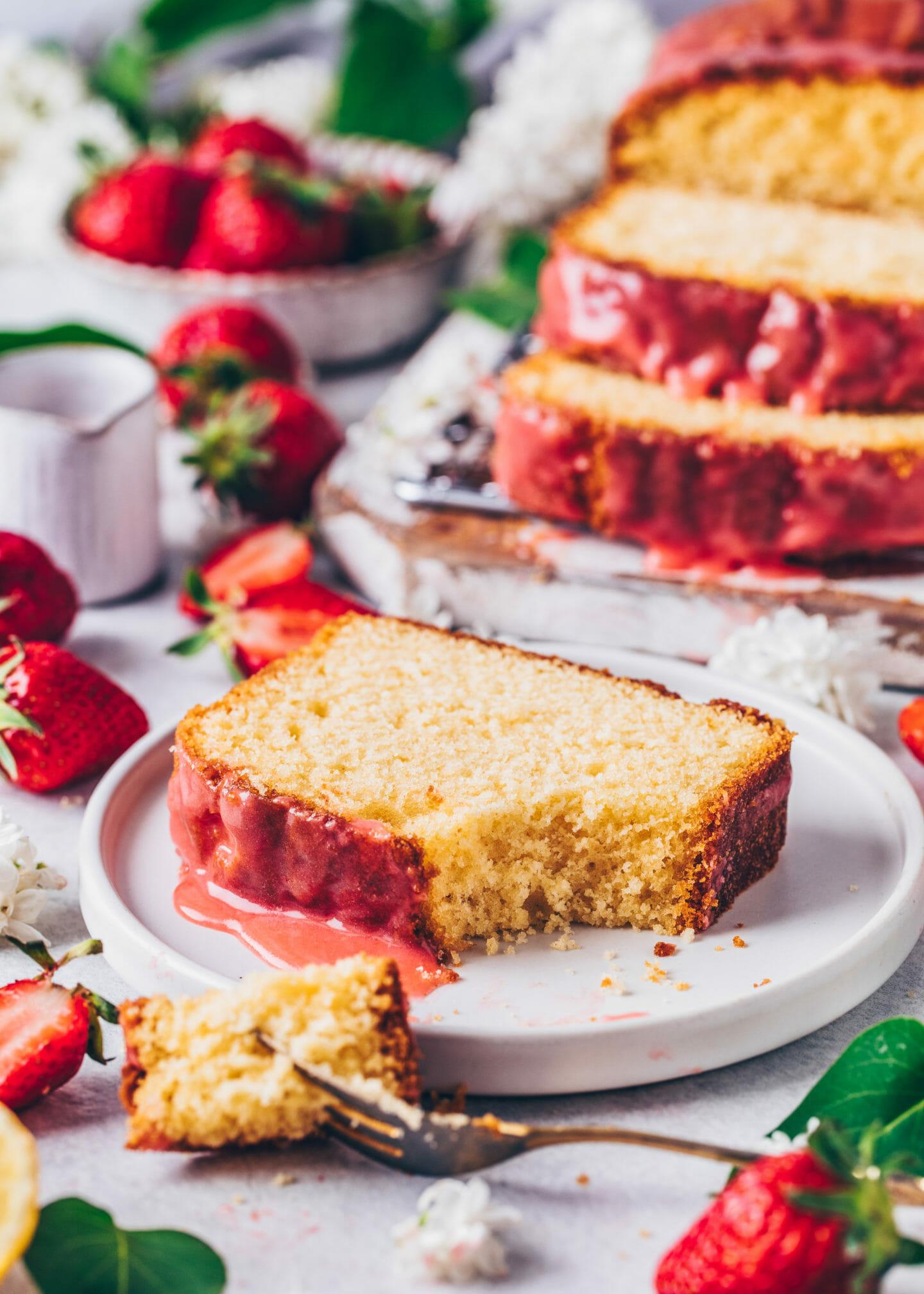 Veganer Zitronenkuchen mit Erdbeer-Zuckerguss (saftig, einfach, lecker)