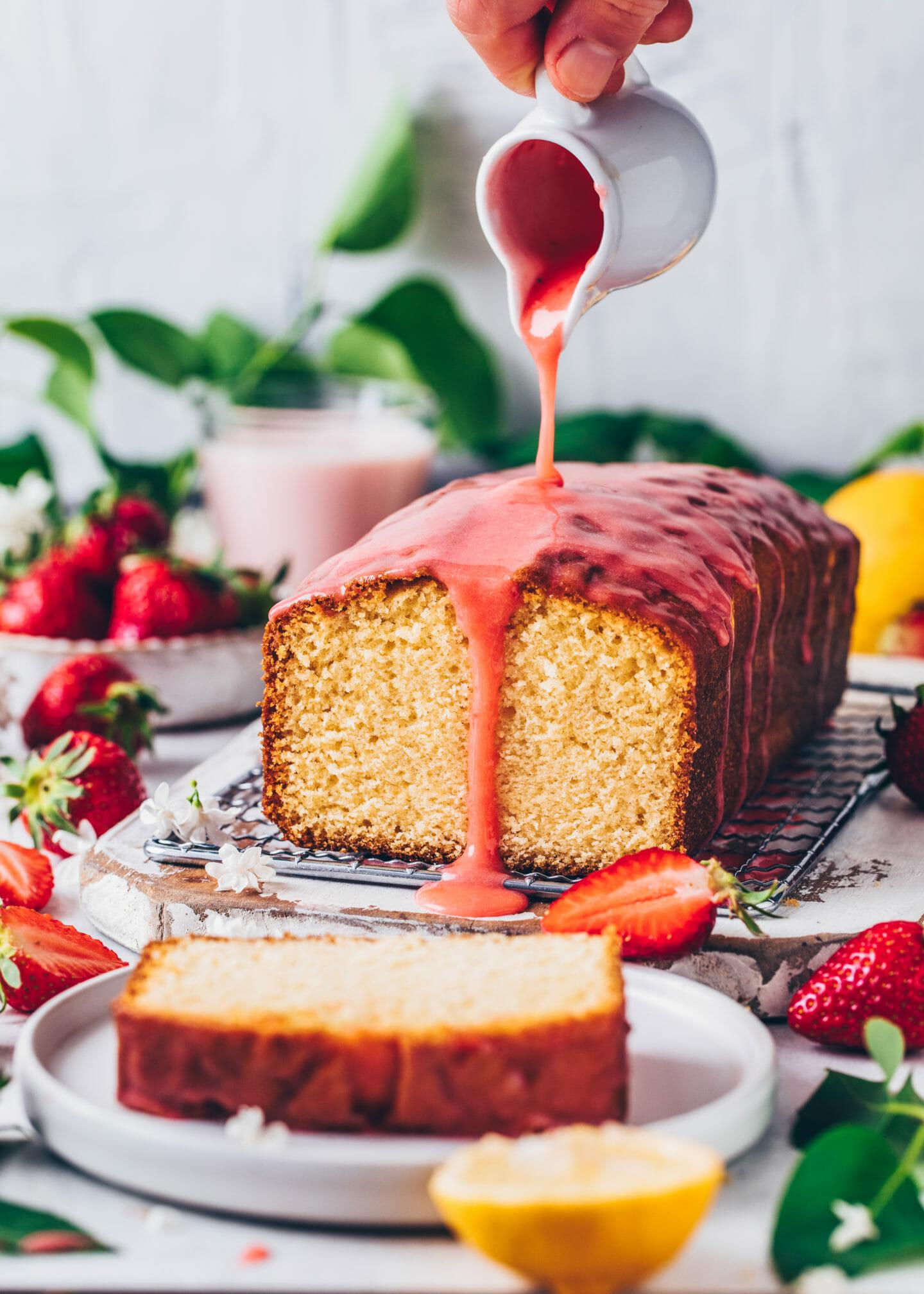 Zitronenkuchen mit Erdbeer-Glasur (Food Fotografie, Food Styling)