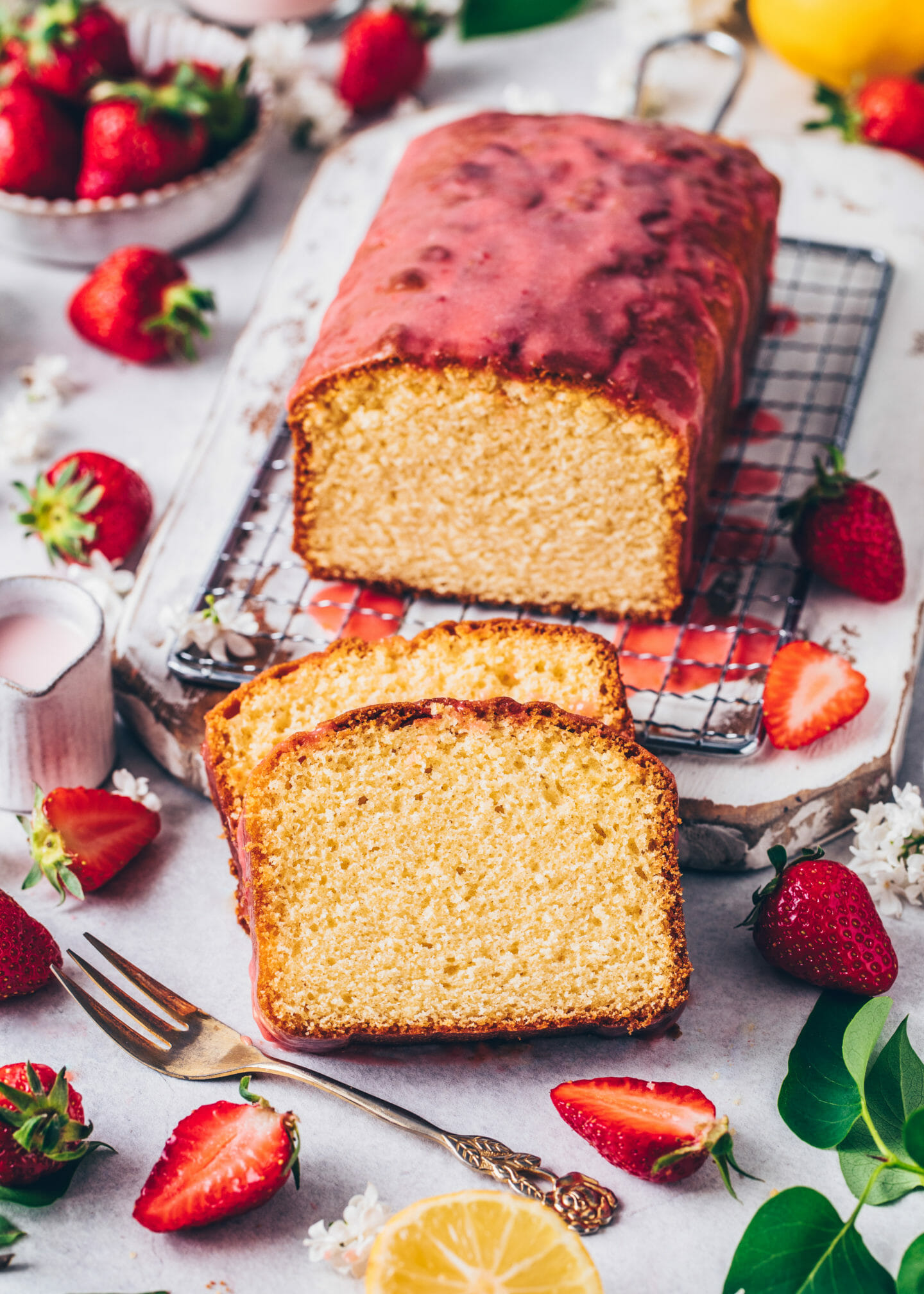 Veganer Zitronenkuchen mit Erdbeer-Glasur