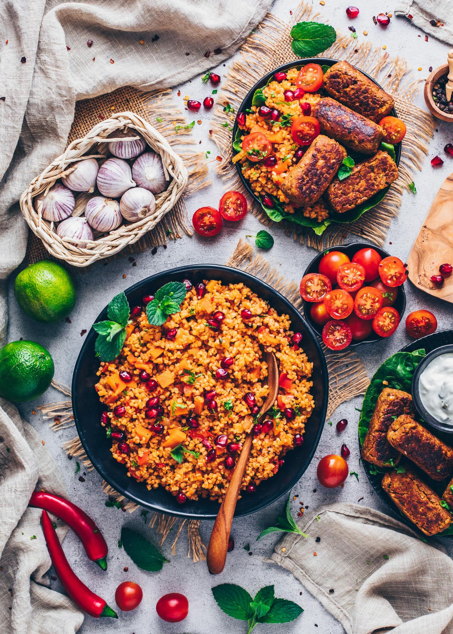 Bulgursalat (Kisir), Vegane Cevapcici und Tomaten