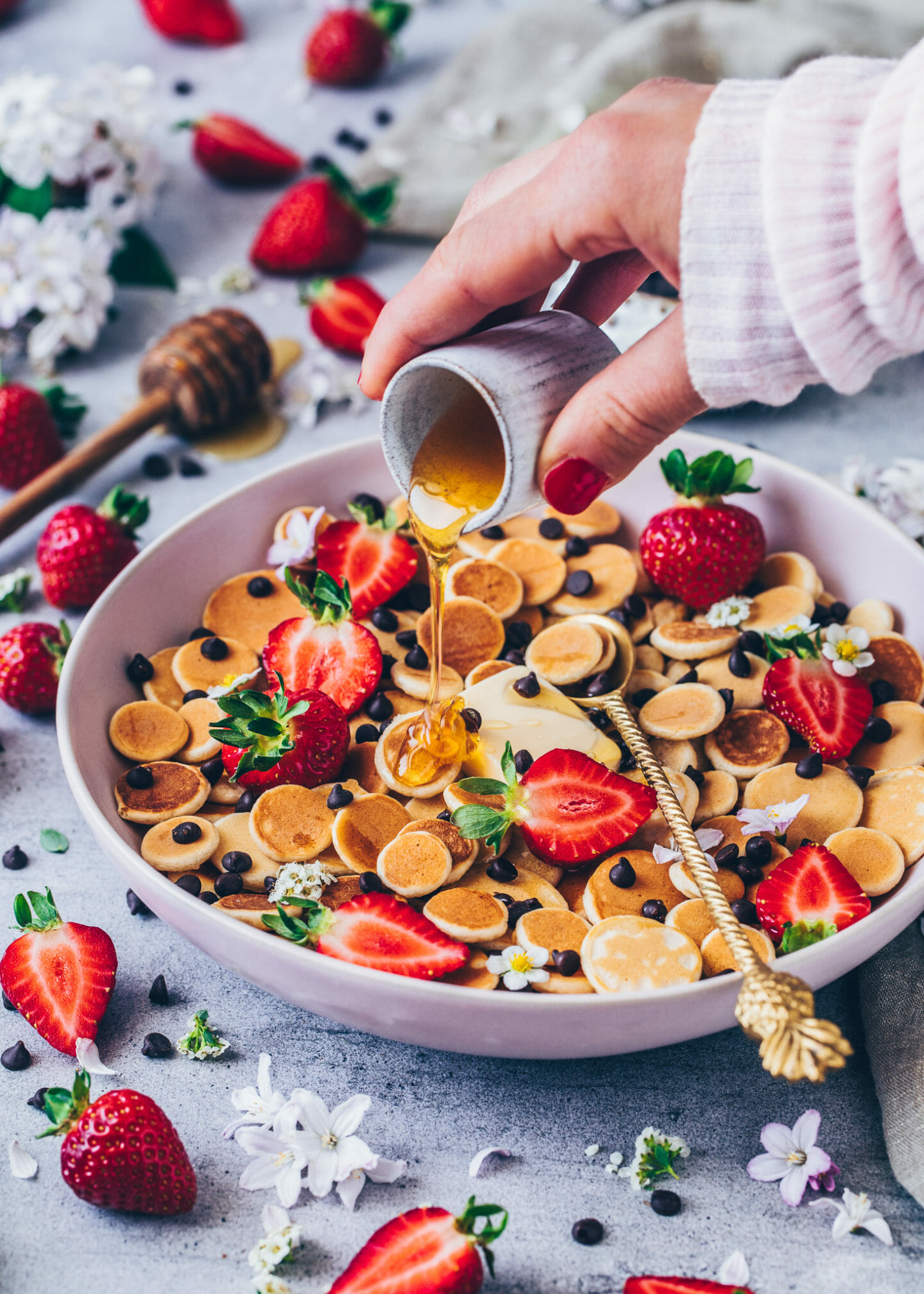 Pancake Cereal Bowl mit Schoko-Drops, Erdbeeren und Agavensirp