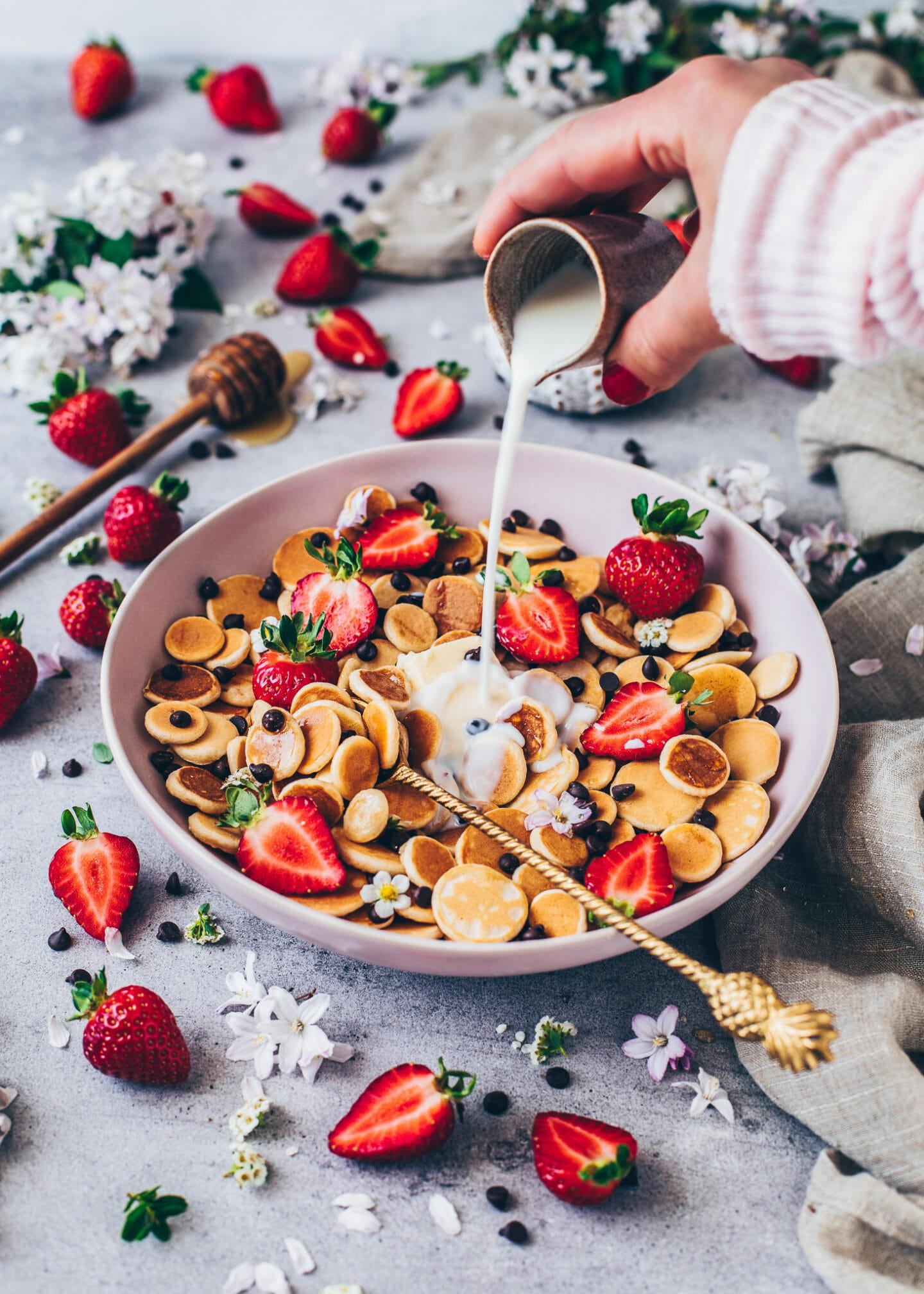 Pancake Cereal Bowl mit Schoko-Drops, Erdbeeren und Milch