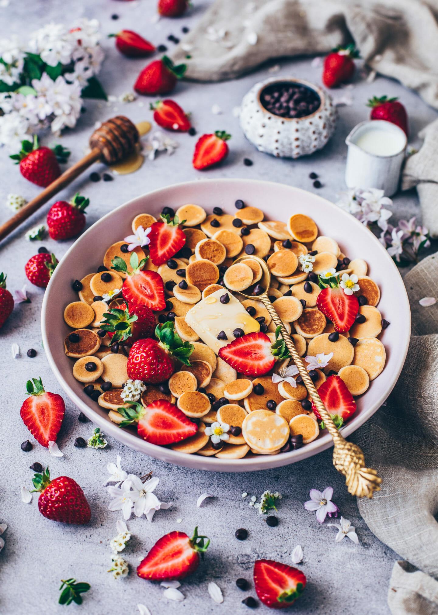 Mini Pancakes mit Schoko-Drops und Erdbeeren