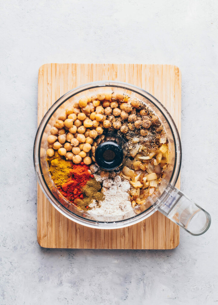 Kichererbsen, gebratene Zwiebeln und Knoblauch, Kreuzkümmel, Paprikapulver, Salz, Pfeffer und Chili für Falafel