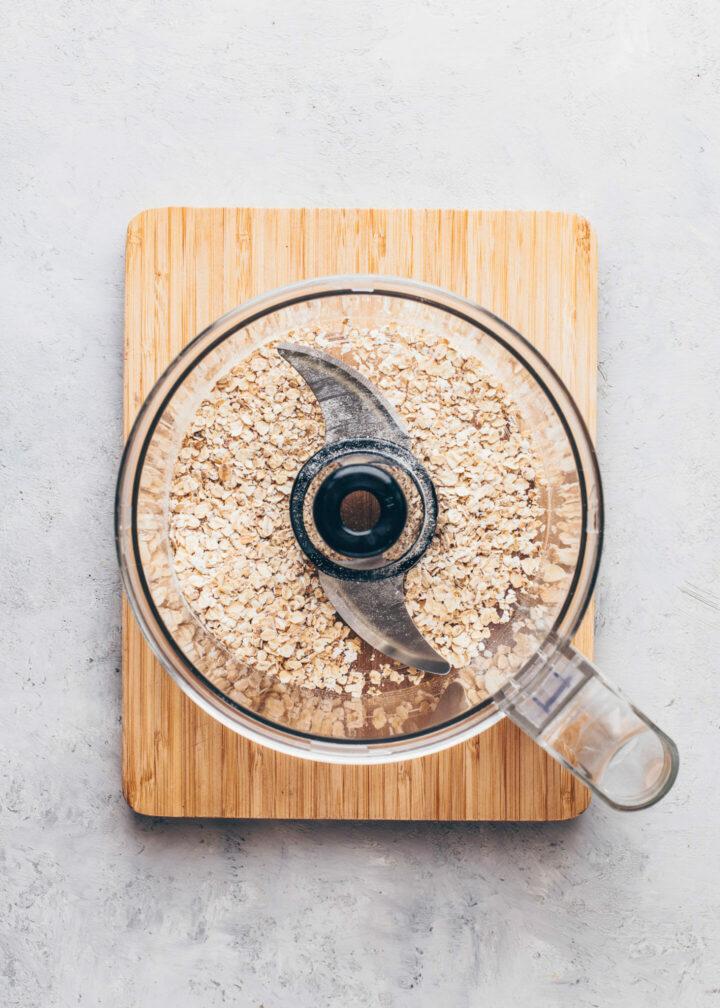 Haferflocken in einer Küchenmaschine