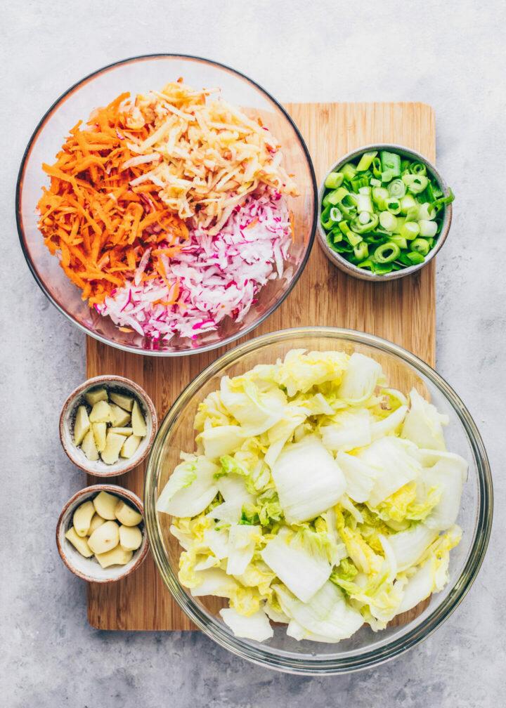 Zutaten für Kimchi (Chinakohl, Karotten, Rettich, Birne, Knoblauch, Ingwer, Frühlingszwiebeln)