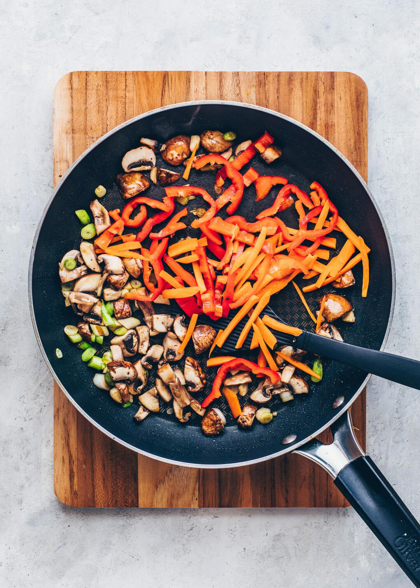 Pilze, Paprika, Karotten und Frühlingszwiebeln für Reispfanne