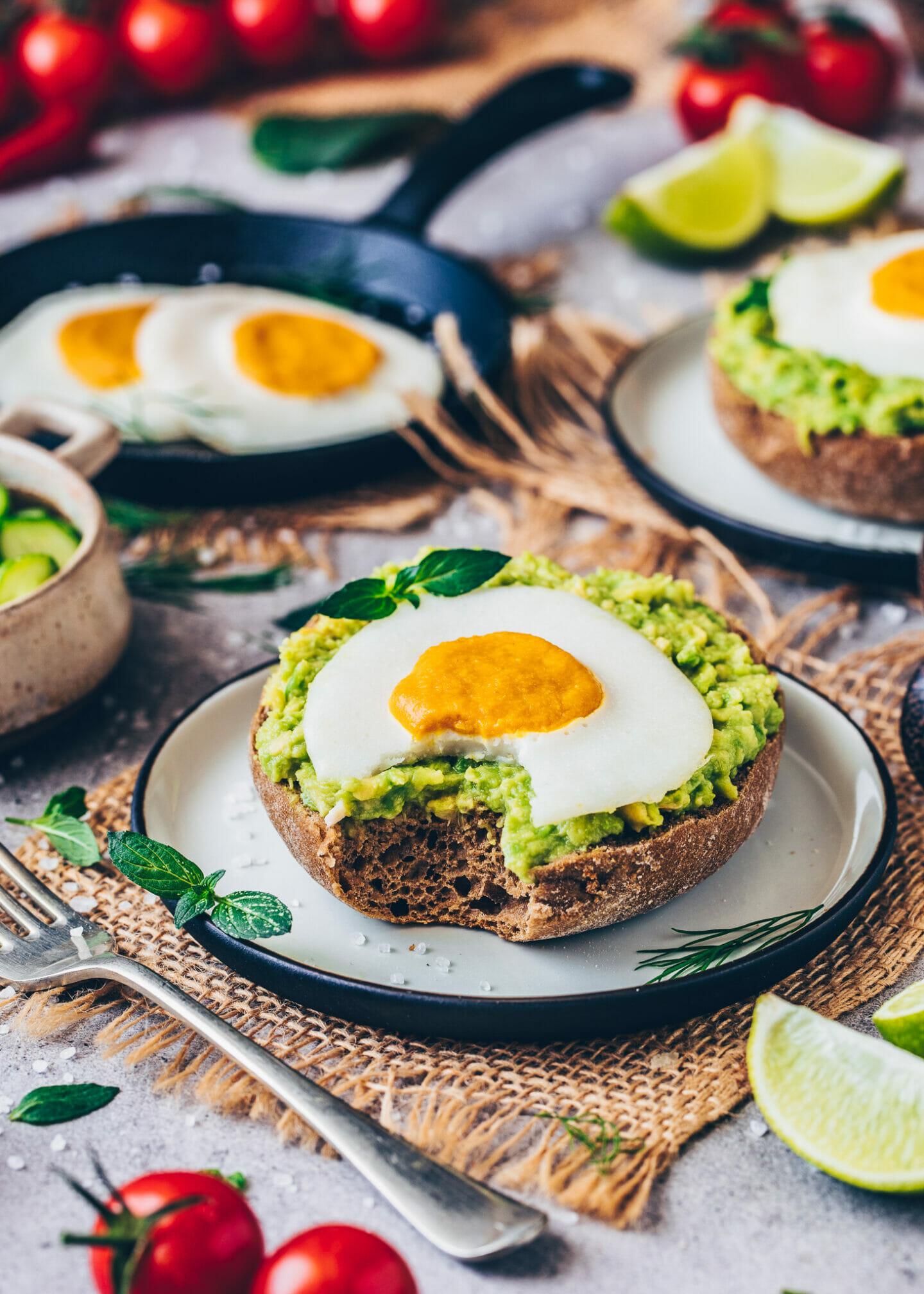 Veganes Spiegelei mit Avocado auf Brötchen