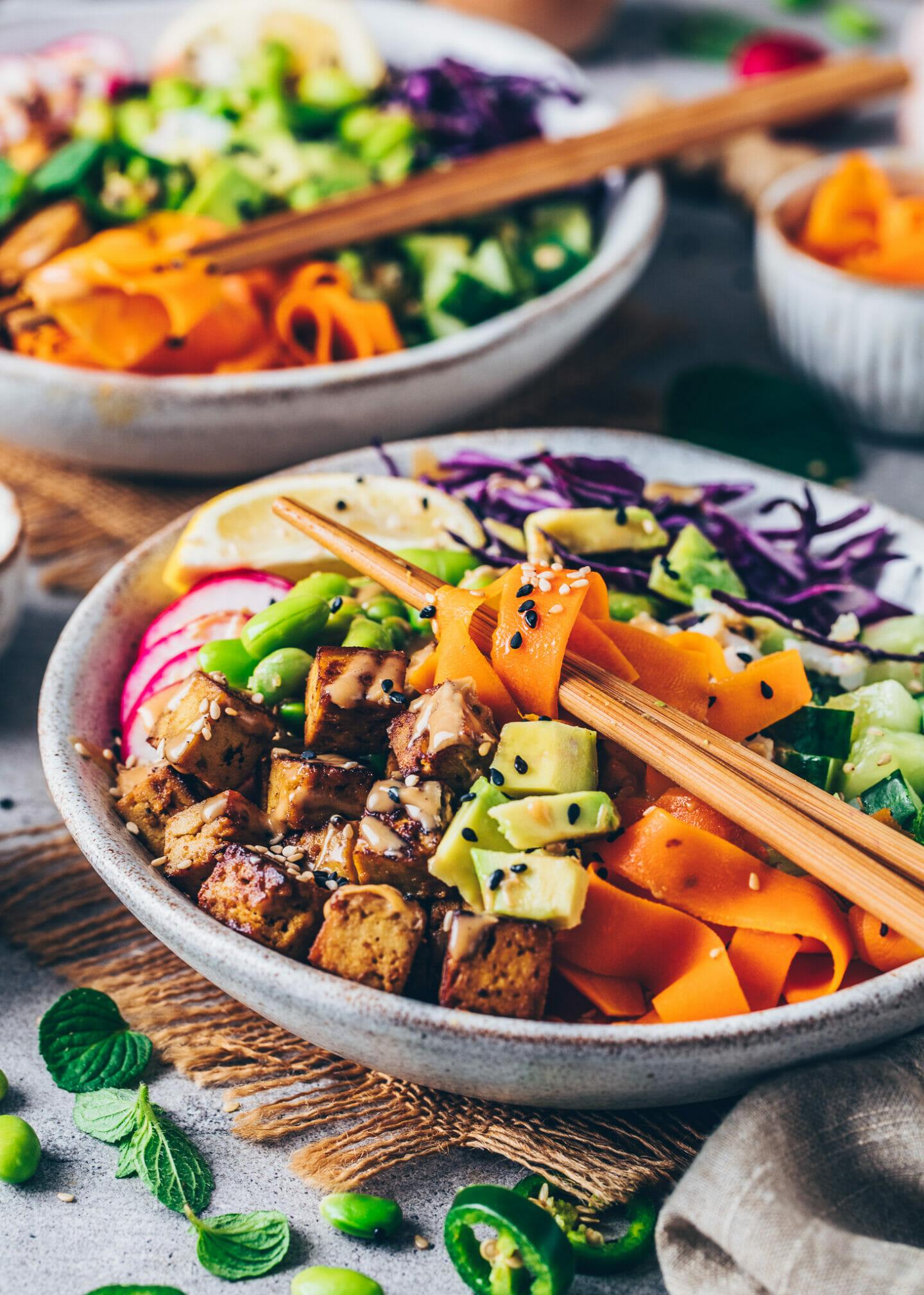 Poke Bowl mit Tofu, Avocado und Tahini Sauce