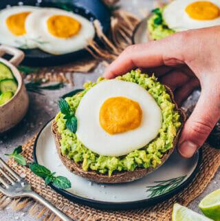 Veganes Spiegelei mit Avocado auf Toast