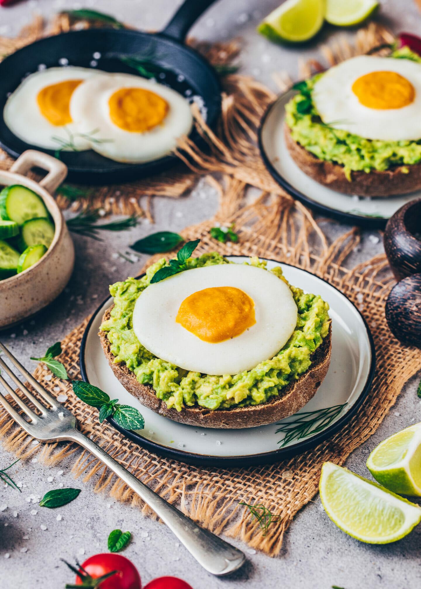 Veganes Spiegelei mit Avocado auf Brot