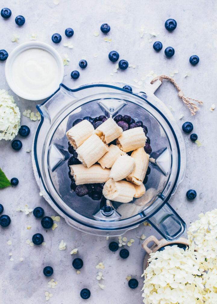 Blaubeer-Smoothie mit gefrorenen Heidelbeeren und Bananen