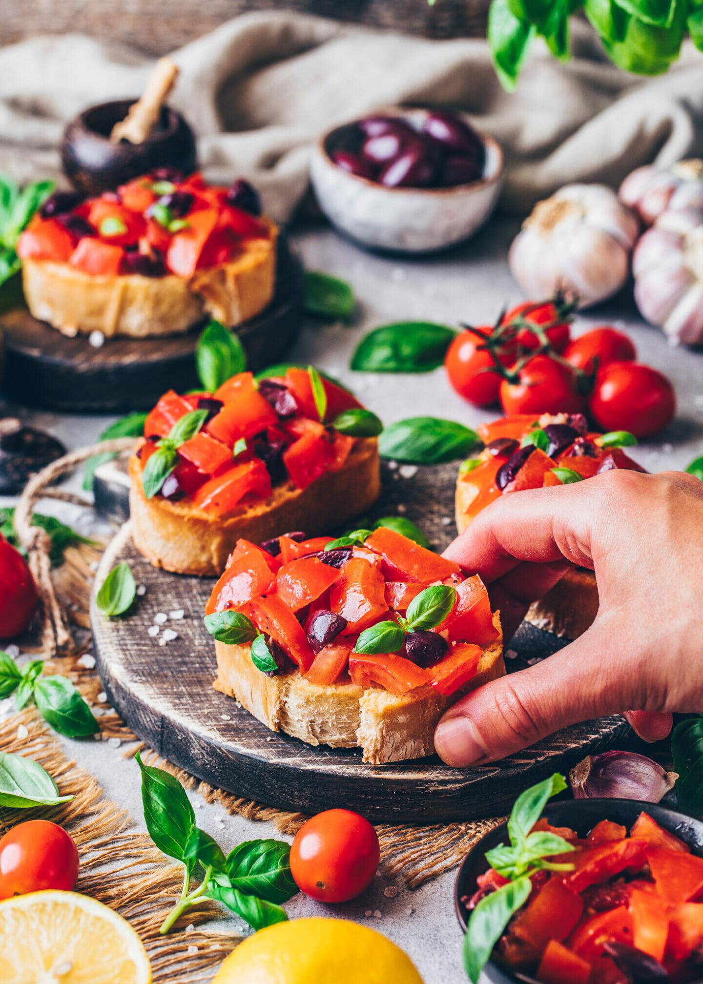 Bruschetta mit Oliven und Basilikum