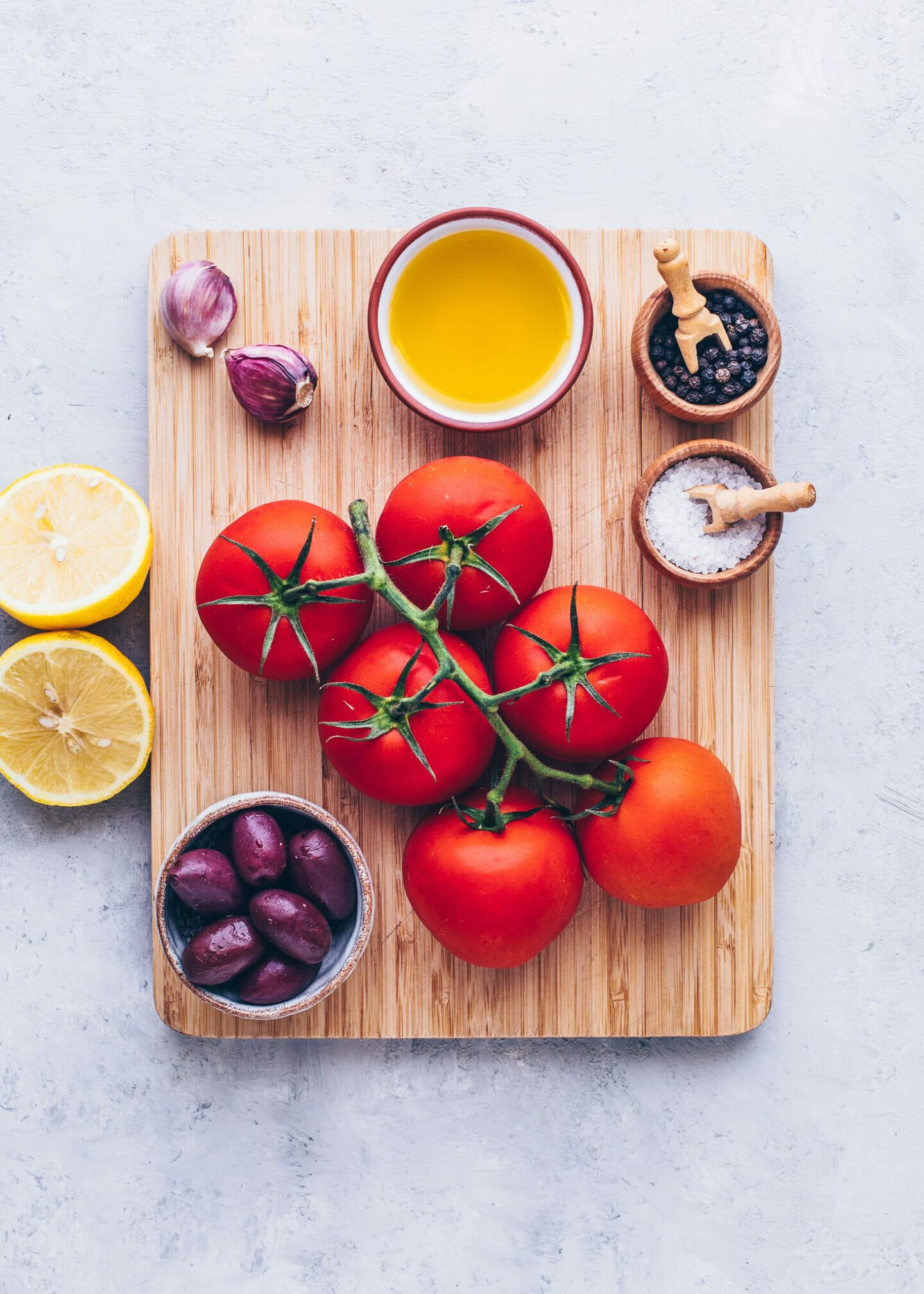 Tomaten, Oliven, Olivenöl, Knoblauch, Zitronen, Salz, Pfeffer (Zutaten für Bruschetta)