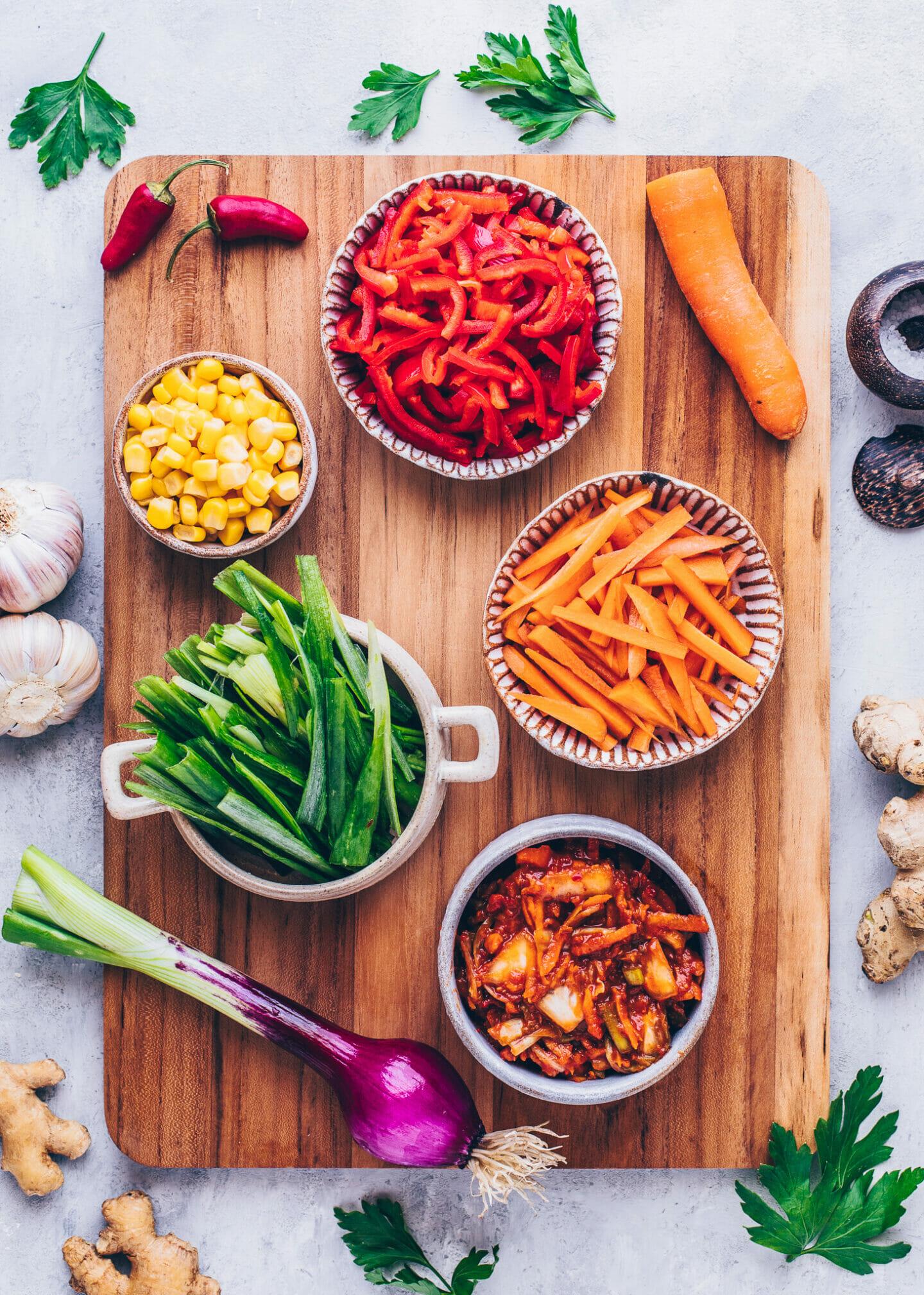 Zutaten für herzhafte Pfannkuchen: Kimchi, Frühlingszwiebeln, rote Paprika, Karotten und Mais