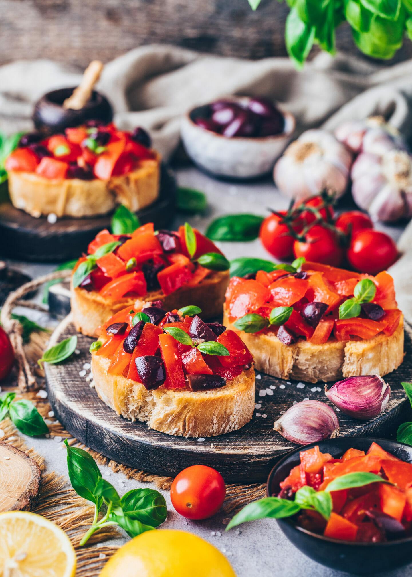 Bruschetta mit Tomaten, Knoblauch, Oliven und Basilikum