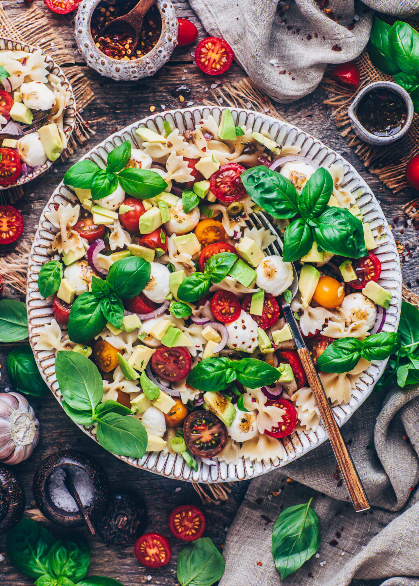 Nudelsalat mit Tomaten, Mozzarella, Avocado, Basilikum und Balsamico-Dressing (Veganer Caprese Pasta Salat)
