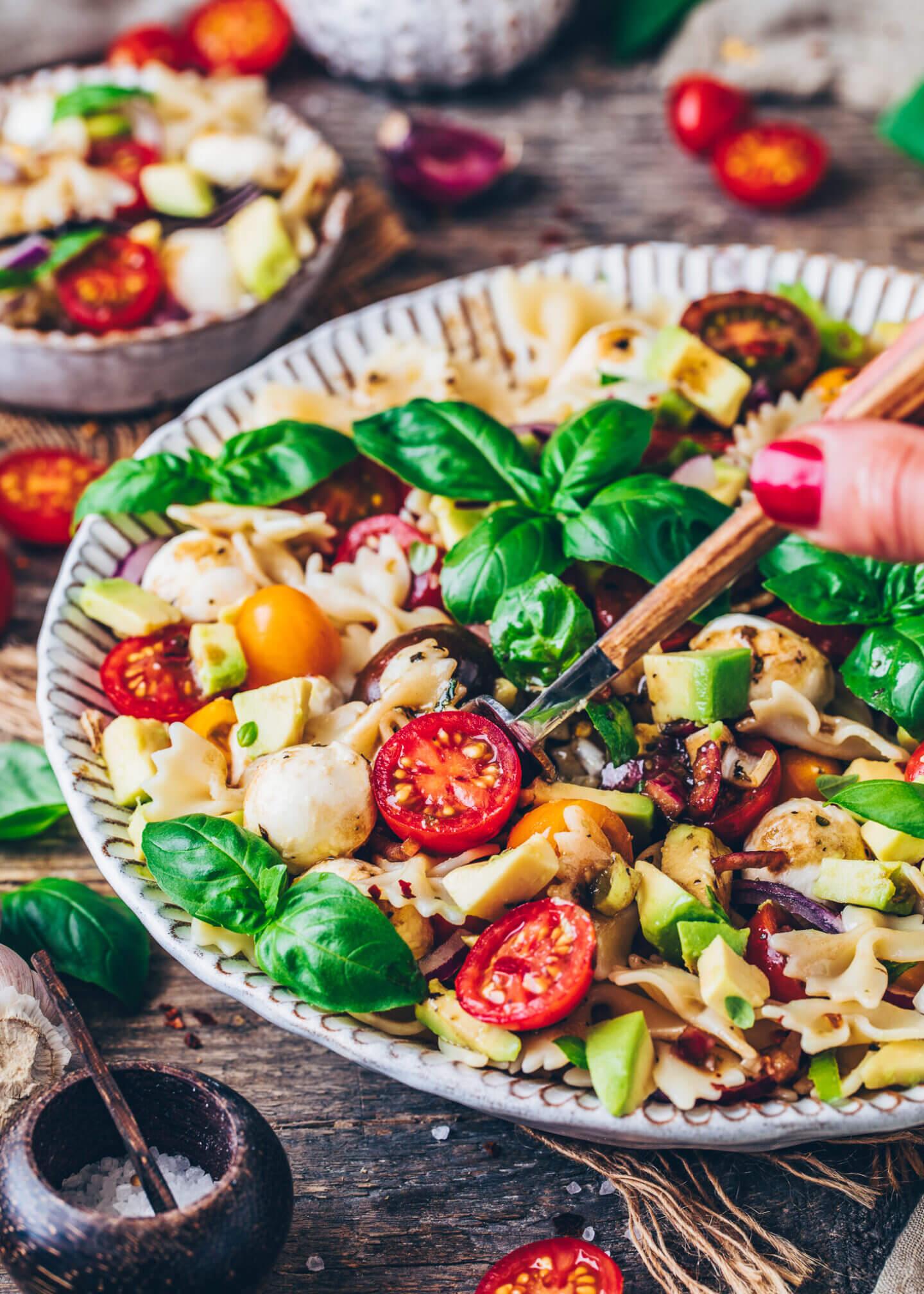 Nudelsalat mit Tomaten, Mozzarella und Balsamico-Dressing (Caprese)