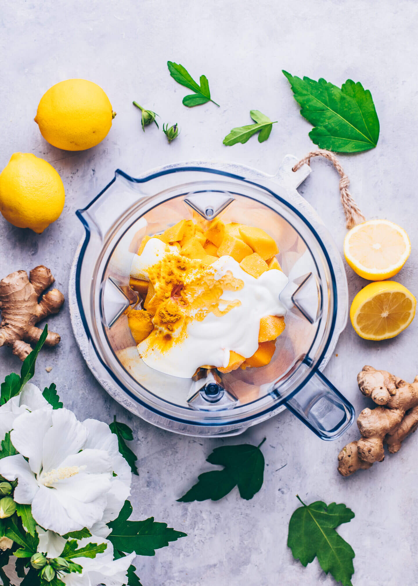 Mango, Joghurt, Sirup, Zitronensaft, Kurkuma, Ingwer in einem Mixer für Lassi
