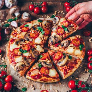 Pizzateig selber machen - Pizza mit Tomaten, Mozzarella und Champignons