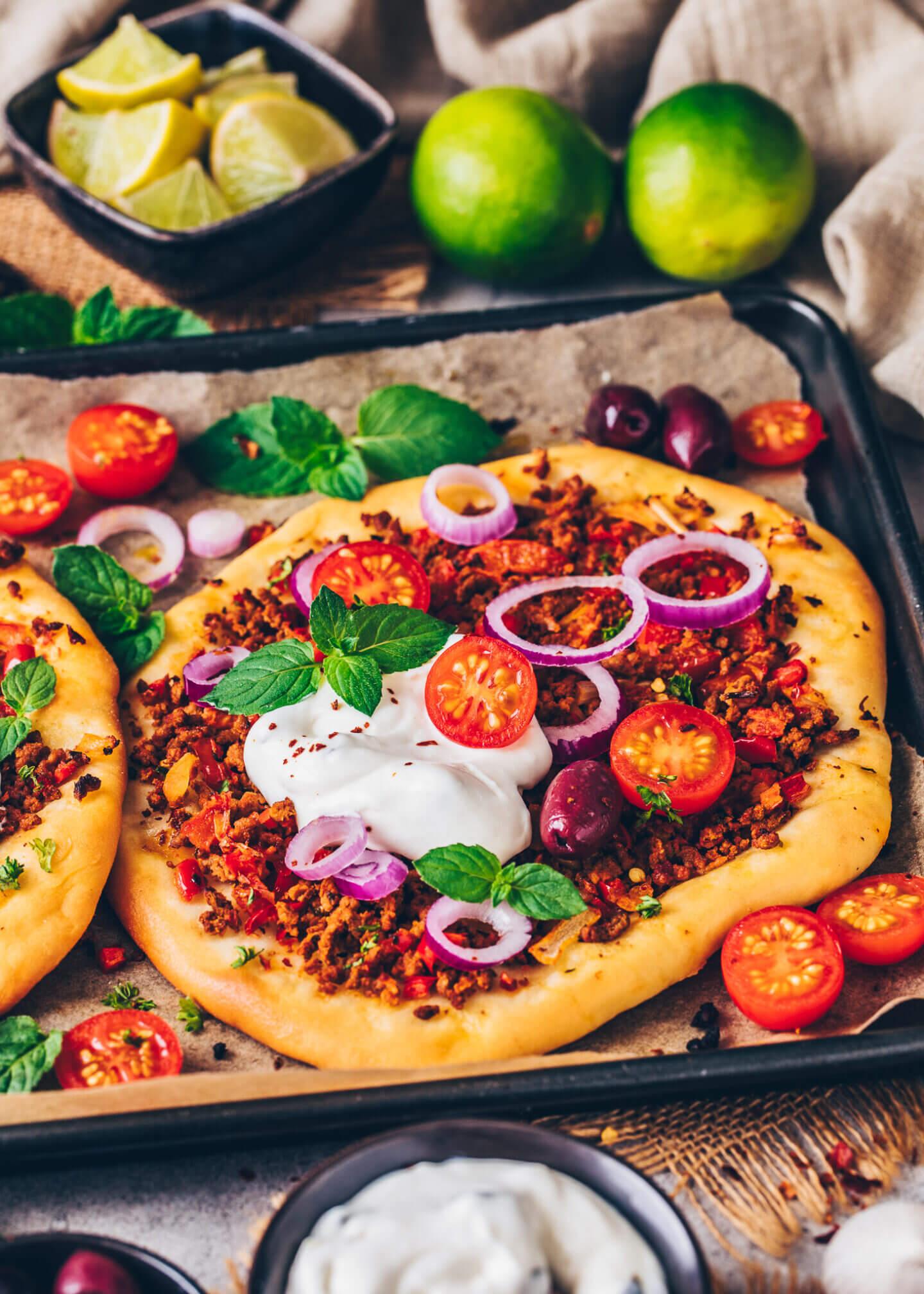 Hack-Pizza (Lahmacun) mit Zaziki (Türkisches Fladenbrot)