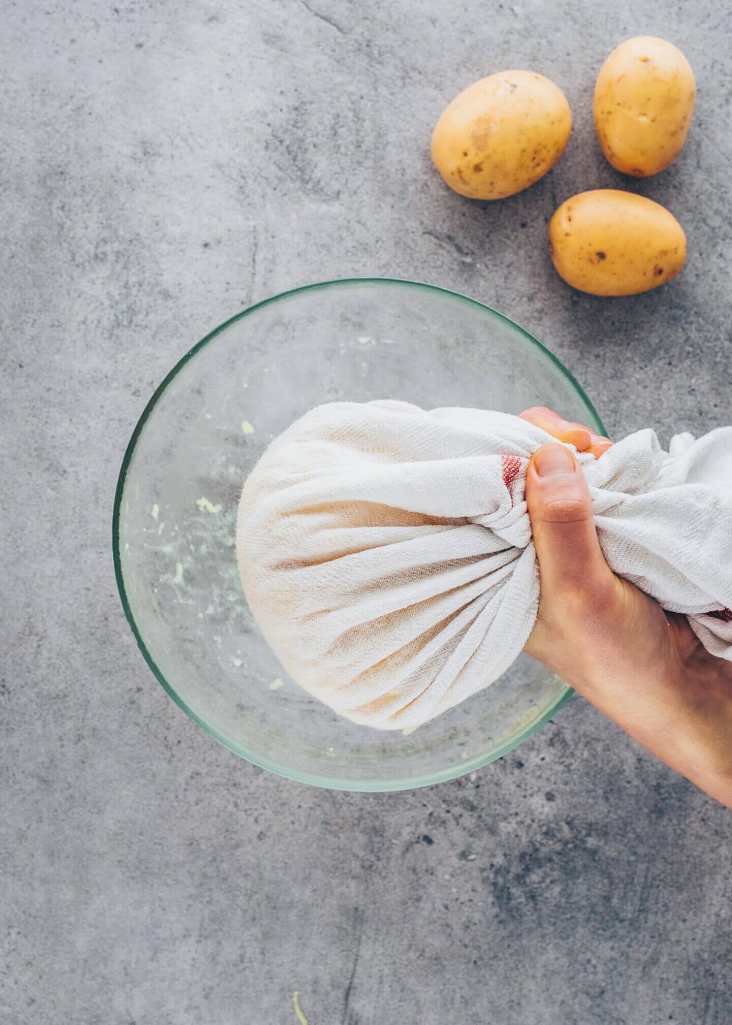 Kartoffeln in einem Tuch auswringen