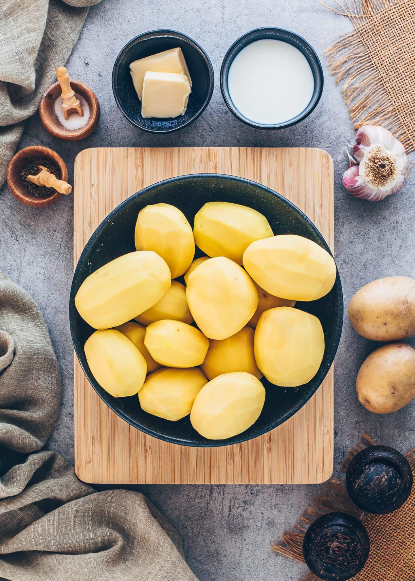 geschälte Kartoffeln in einer Schale