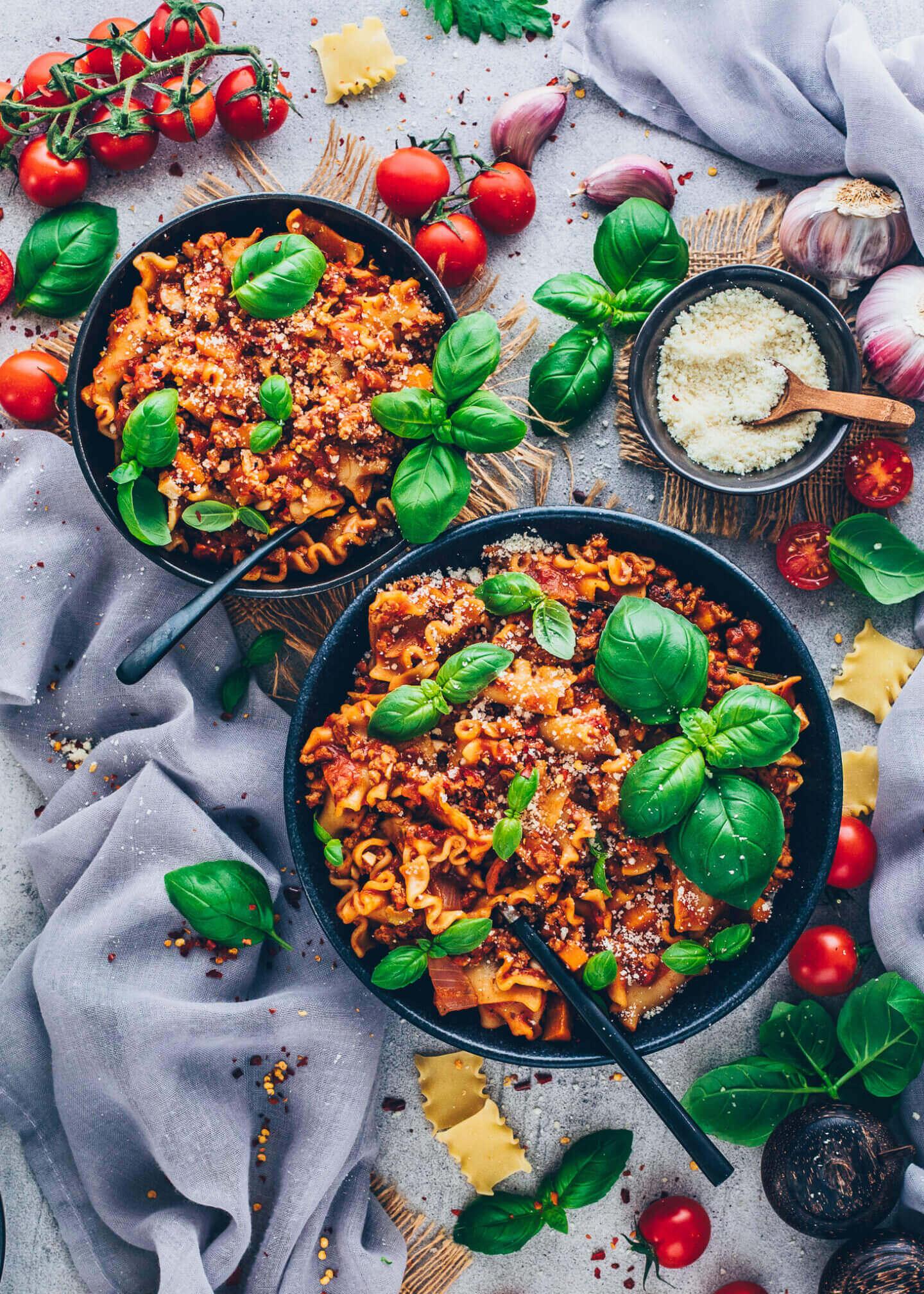 Lasagne-Suppe mit veganem Parmesan-Käse und Basilikum