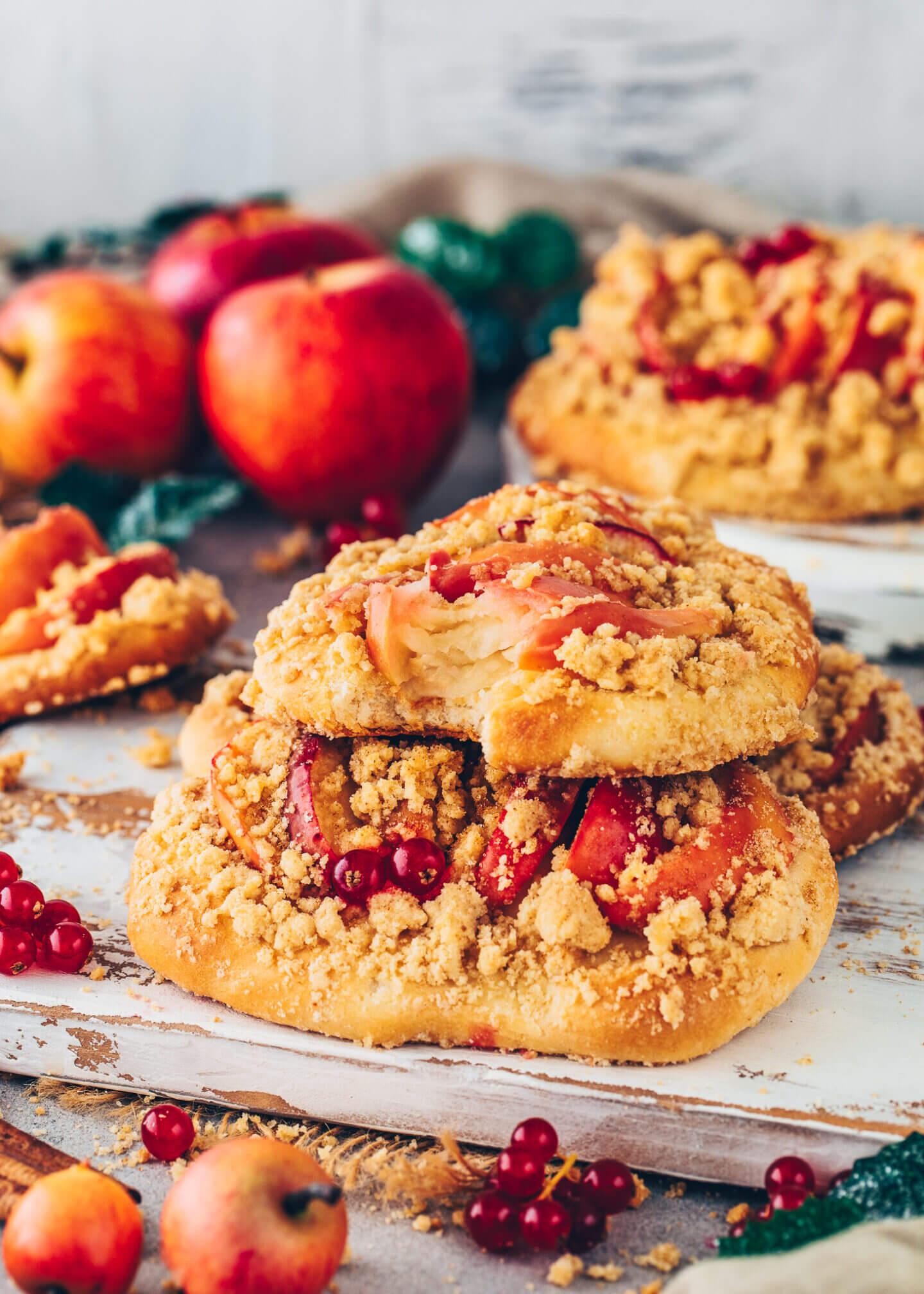 Vegane Streuseltaler mit Äpfeln und Johannisbeeren